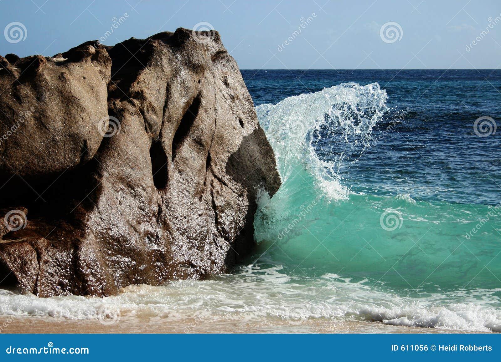 Het breken van de golf tegen rots