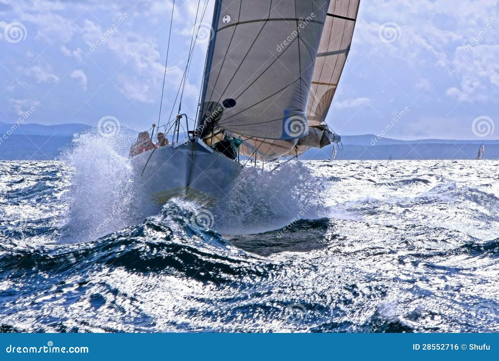 Het breken van de zeilboot door de bespattende golf