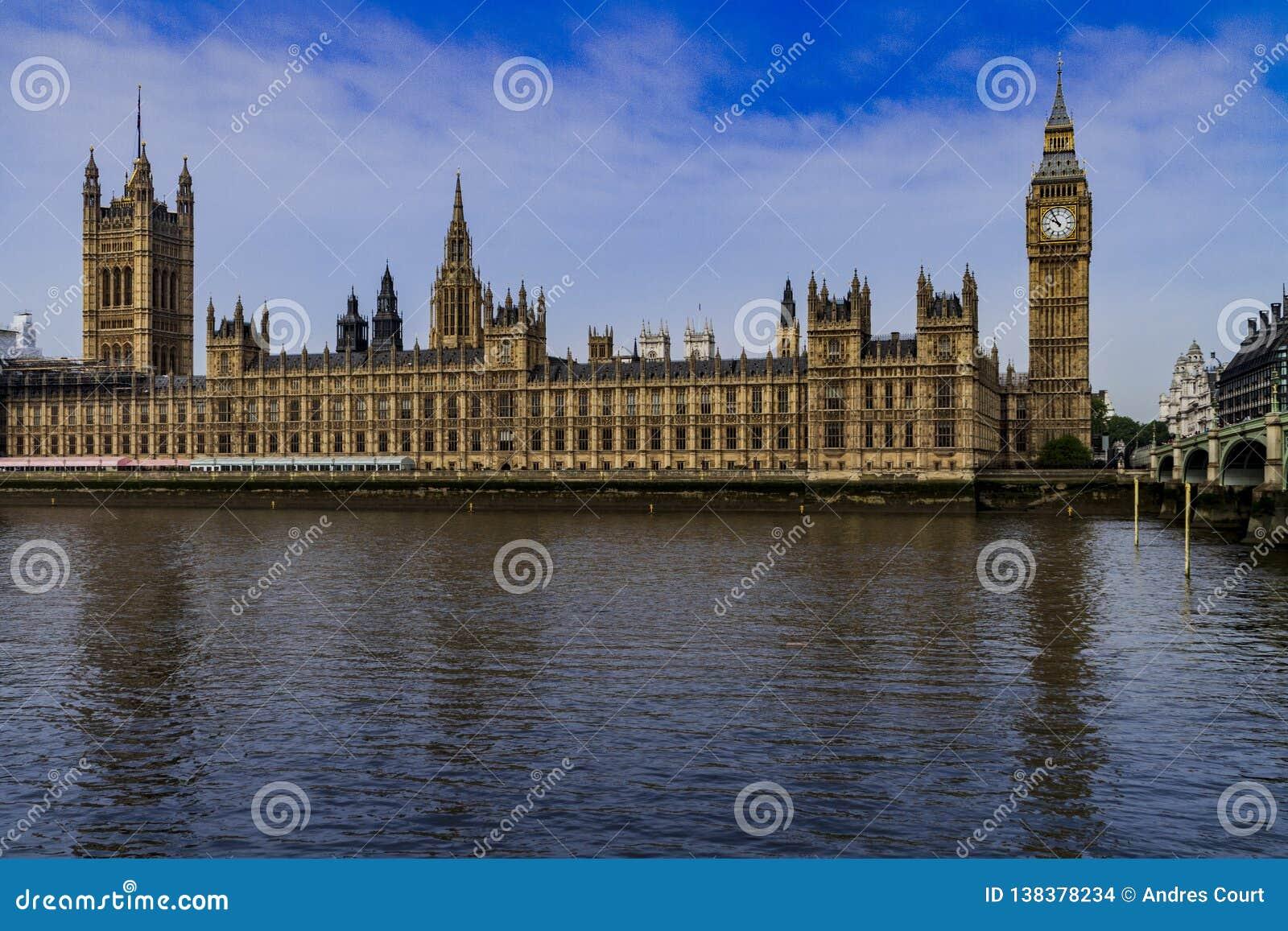 Het Britse parlement over de rivier van Theems