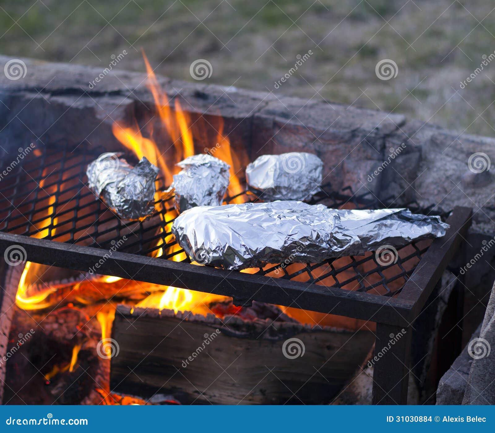 Het buitenbarbecue koken stock afbeeldingen beeld 31030884 for Beeldkoken