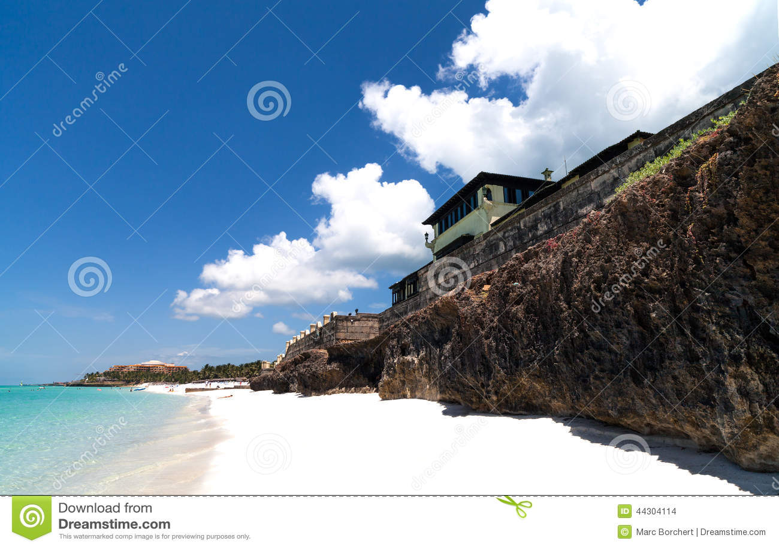 Het Caraïbische strand van Cuba met kustlijn in Varadero
