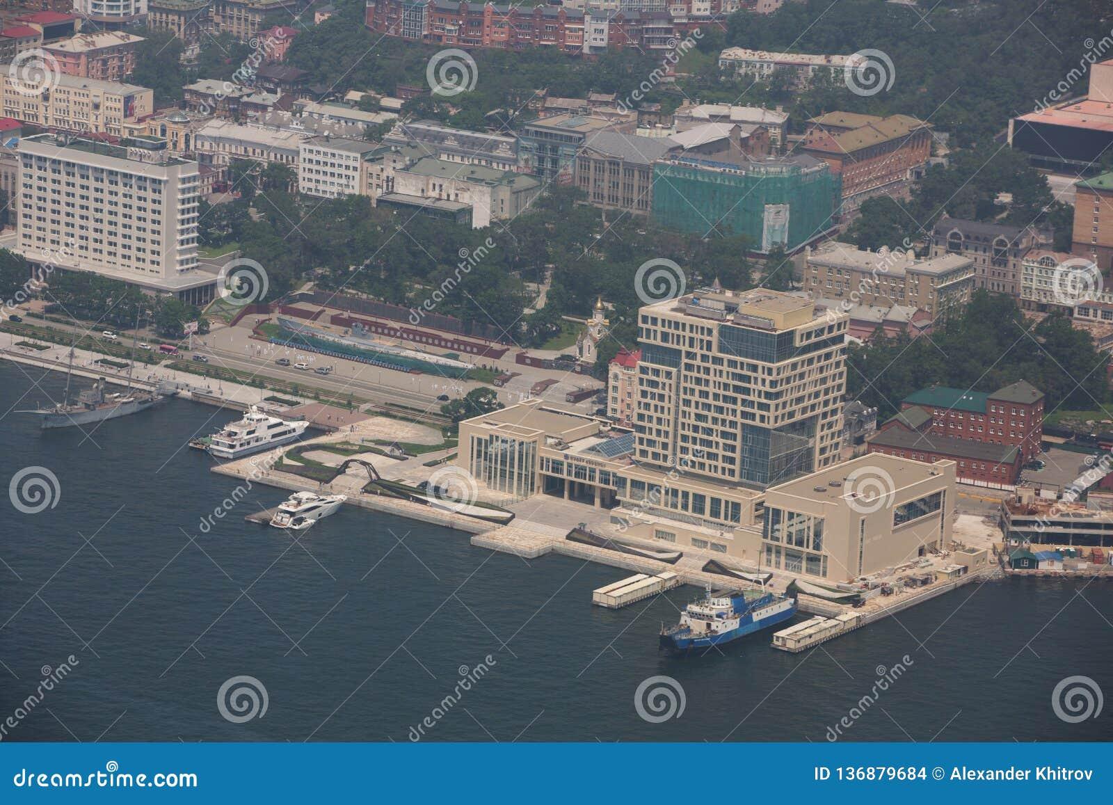 Het centrale die deel van Vladivostok, uit een hoogte wordt genomen