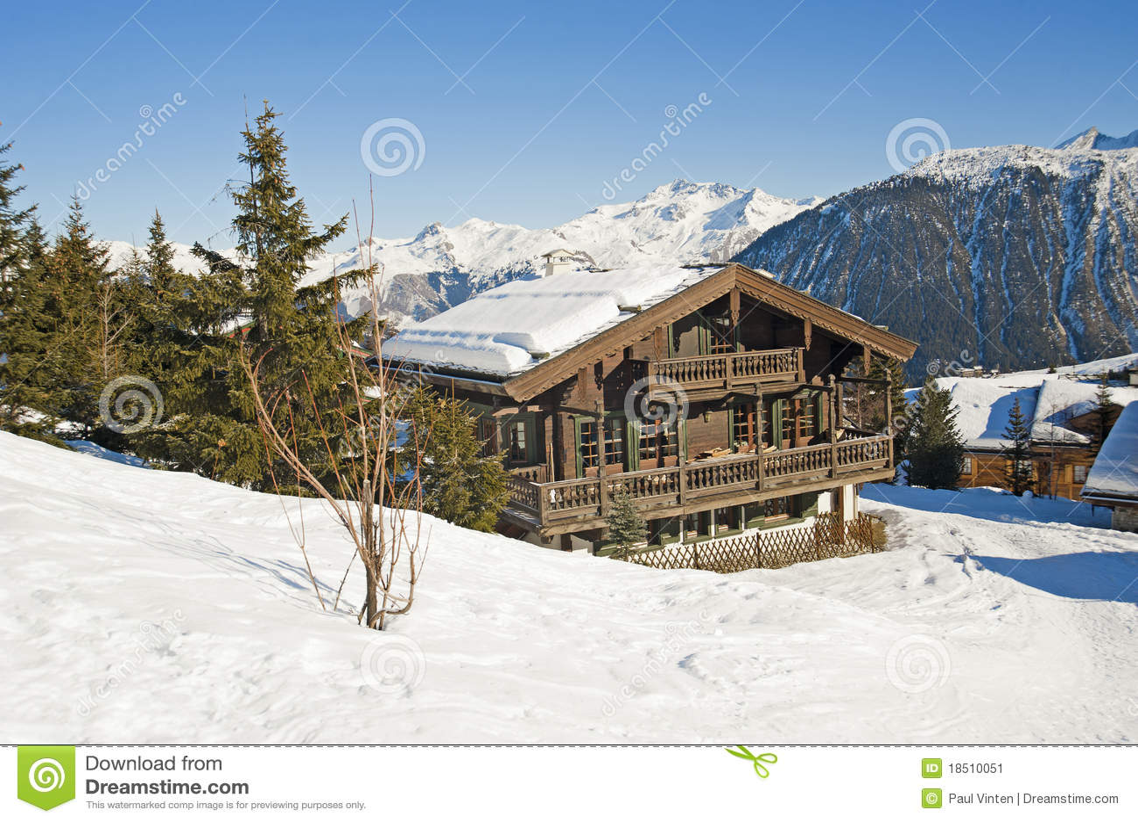 Het chalet van de berg in de sneeuw