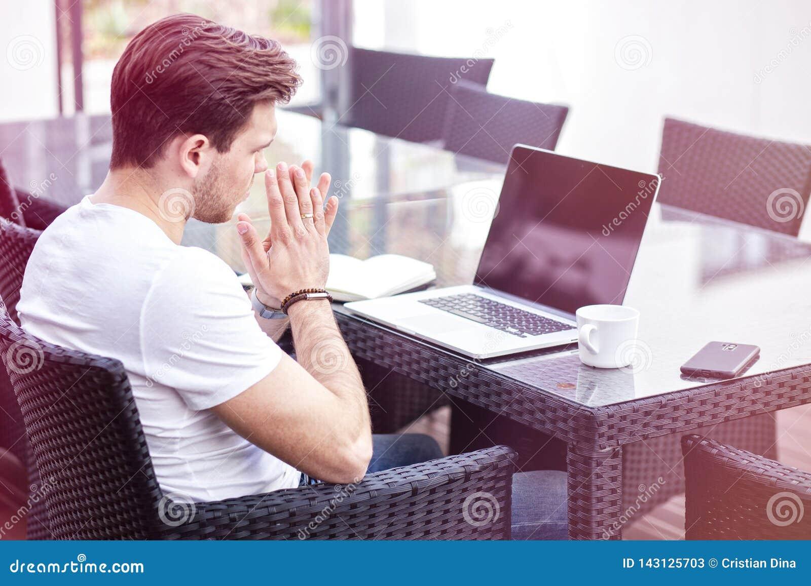 Het charmeren van de Jonge Volwassen Mens die aan Laptop op Openluchtochtendtijd werken