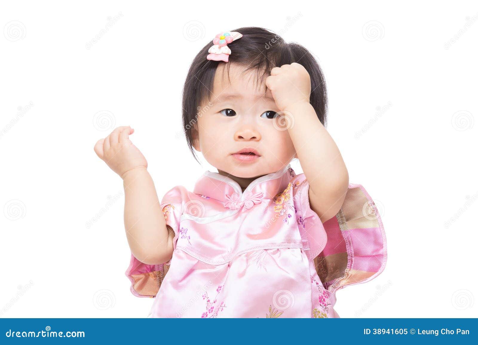 Het Chinese babymeisje raakt haar hoofd