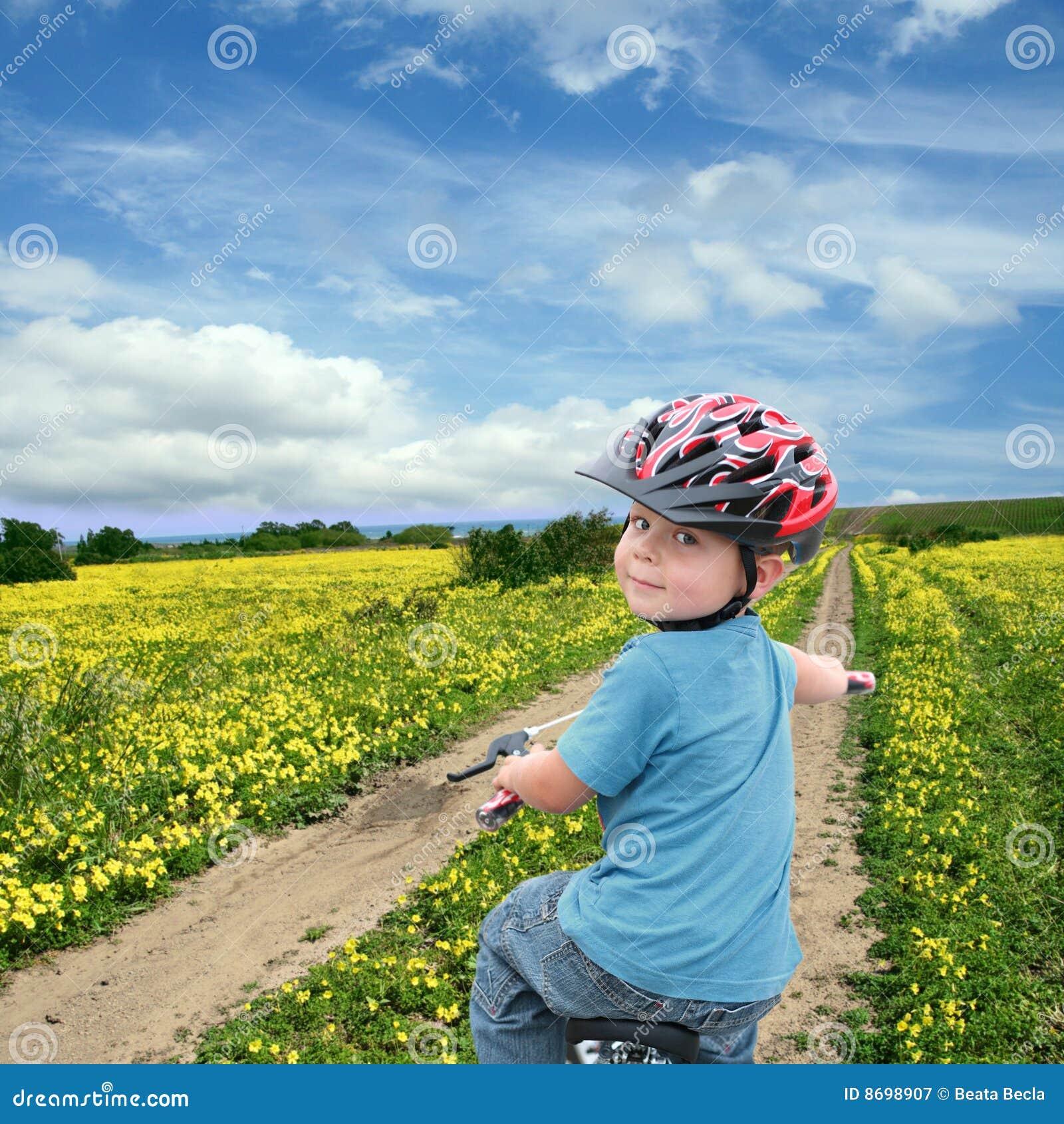 Het cirkelen van het kind op een de lenteweide