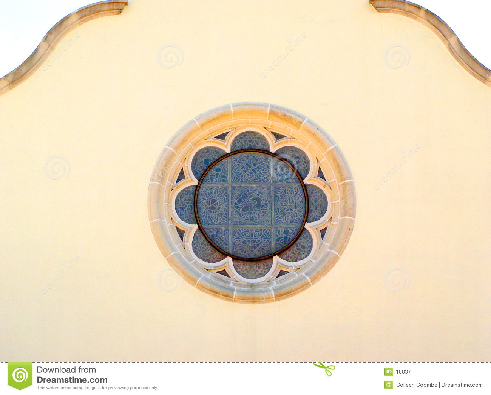 Het cirkelvenster van het gebrandschilderd glas