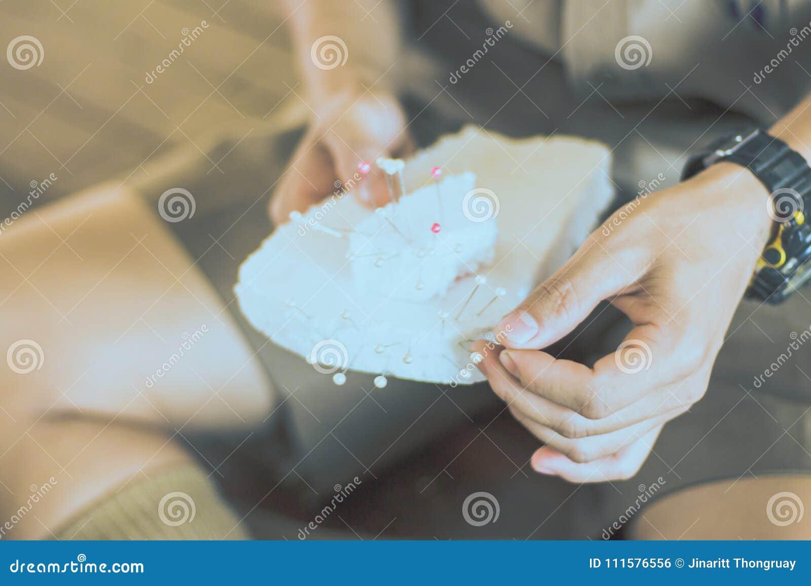 Het close-up aan Studentenhanden verfraait de gordijnen verfraai
