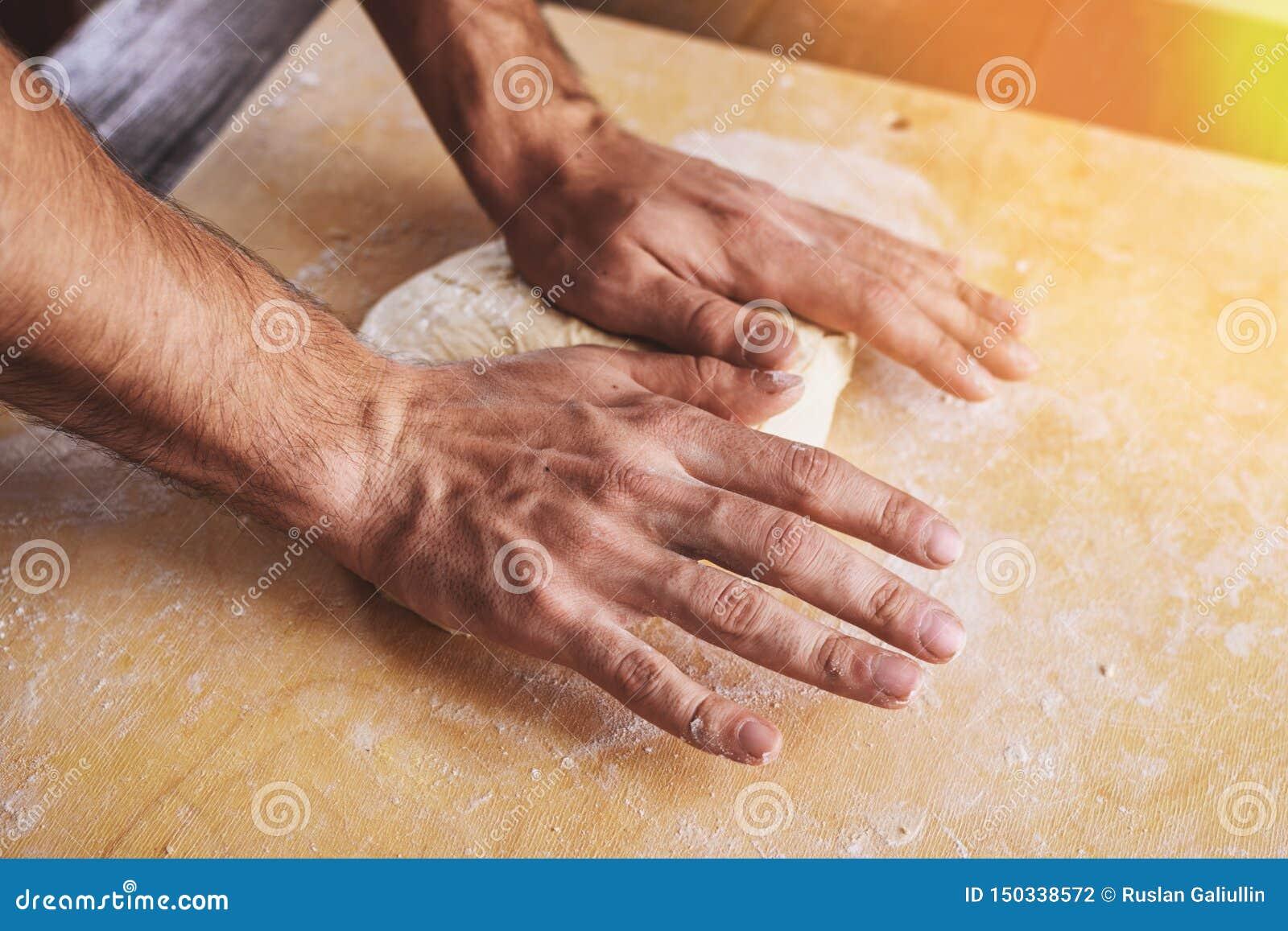 Het close-up van de handenontwikkeling van mensen, bereidt de basis voor pizza voor