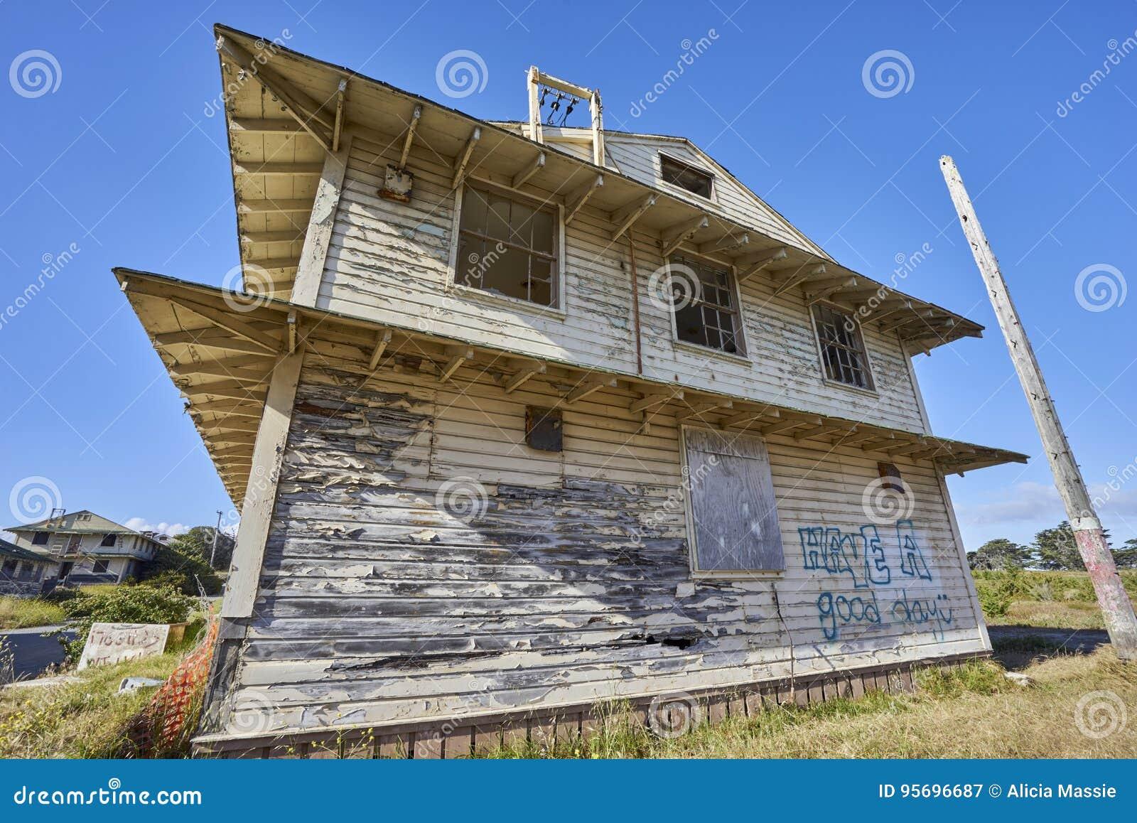 Het close-up van leeg rotte huis met geblazen uit vensters