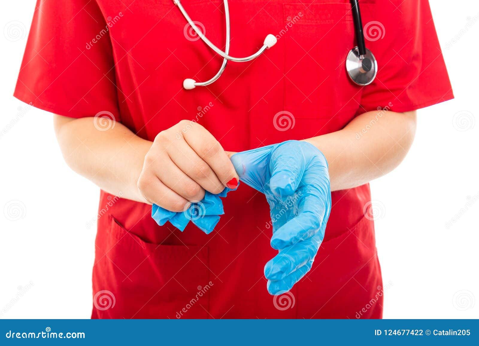 Het close-up van verpleegster die rood dragen schrobt weg het nemen van gloed
