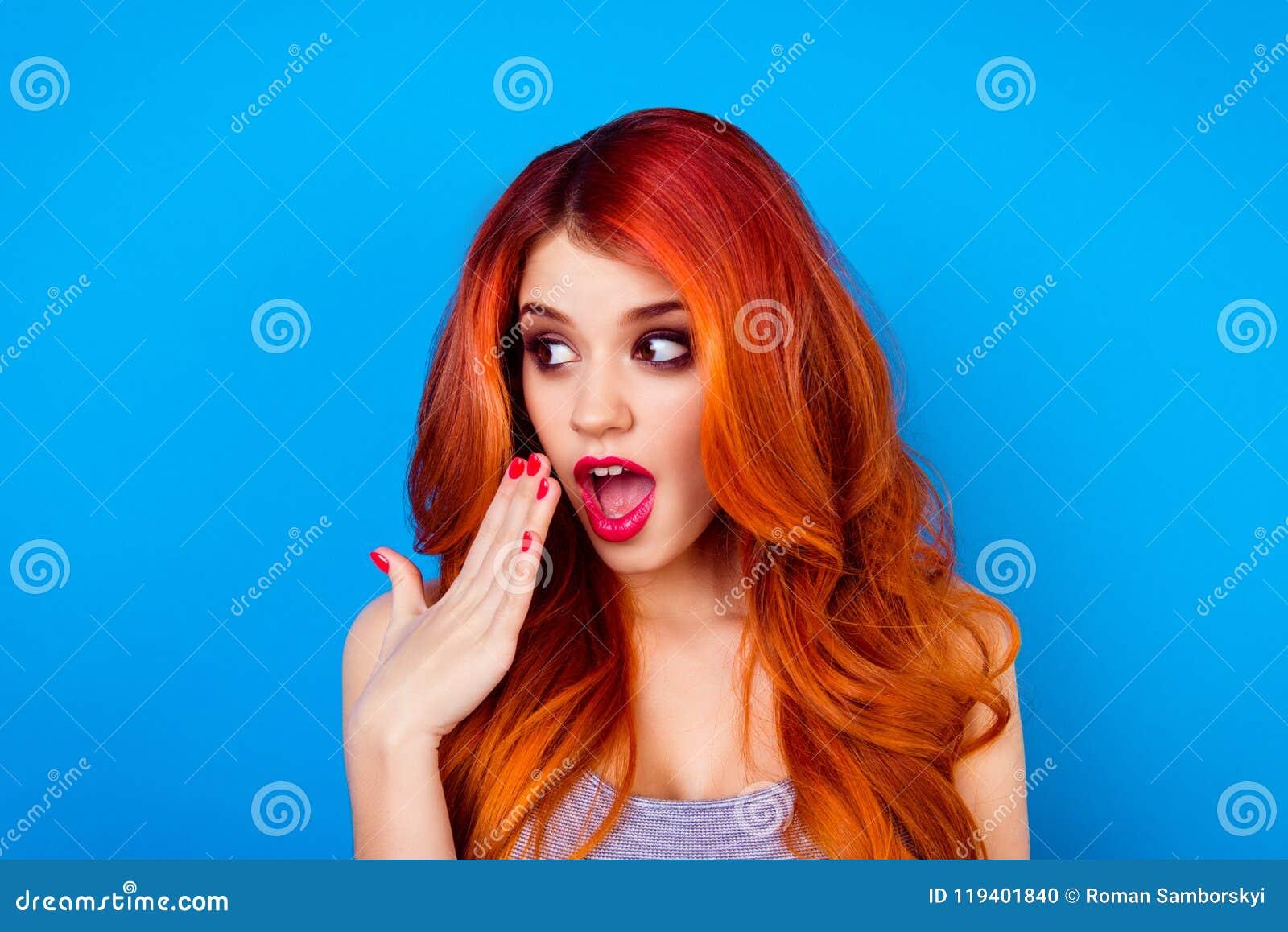 Het close-upportret van aantrekkelijk leuk meisje met lang gember ombre eerlijk haar met de verraste handen van de gezichtsholdin