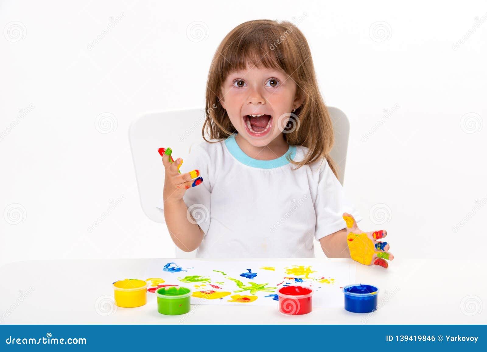 Het close-upportret van een leuk vrolijk gelukkig glimlachend meisje trekt haar eigen handen met gouache of vinger geïsoleerde ve