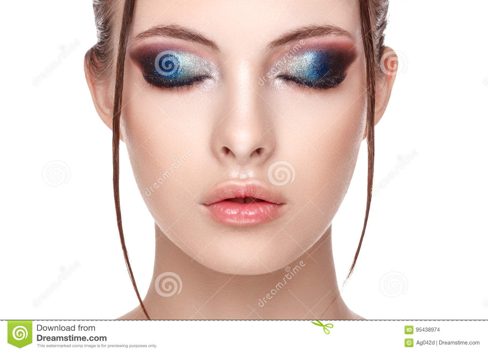 Het close-upportret van een mooi jong model met mooie betoverende make-up, het natte effect op haar gezicht en het lichaam, ogen
