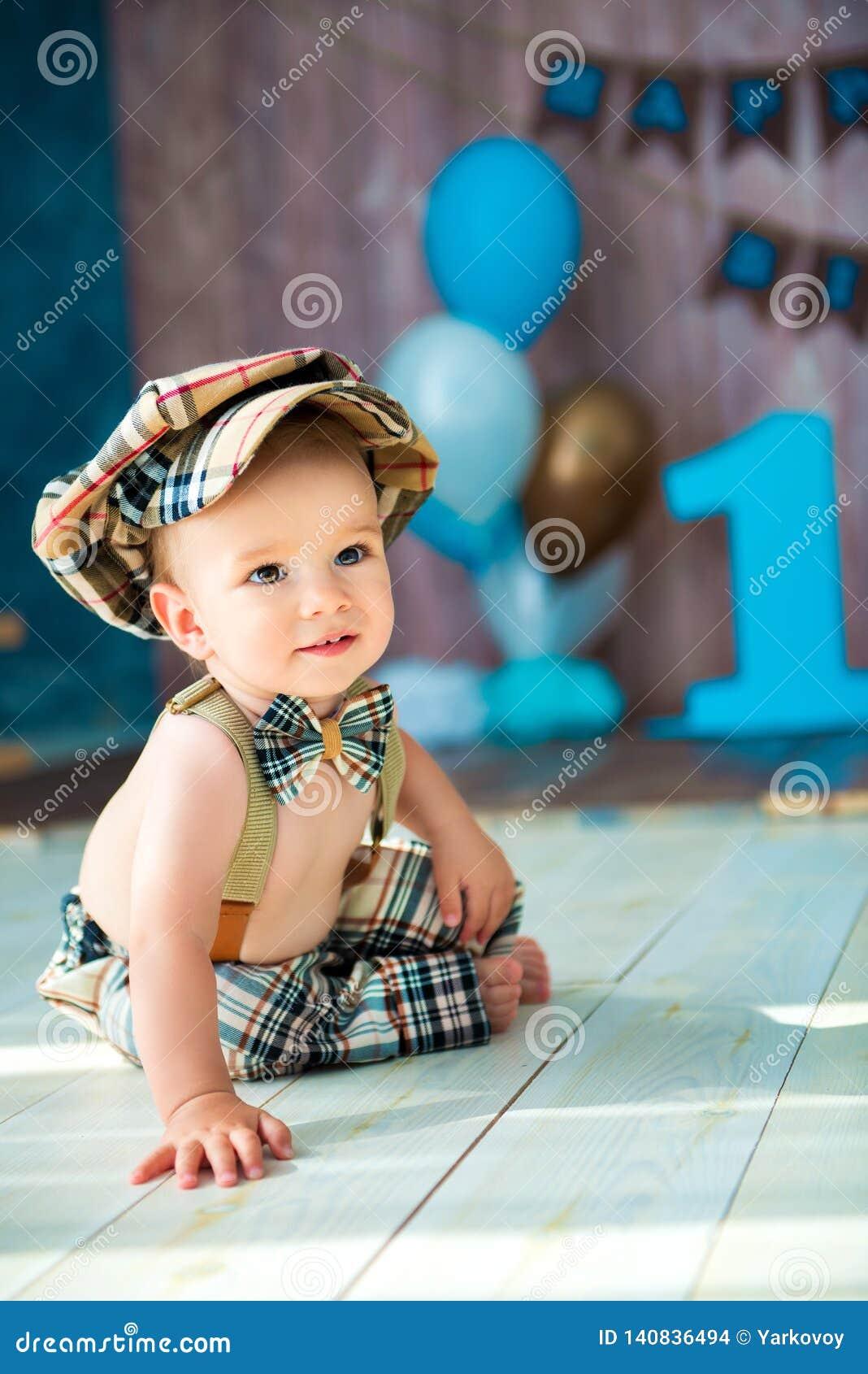 Het close-upportret van gemiddelde lengte van een kleine jongensheer in een retro kostuum met bretels, in een GLB en een vlinderd