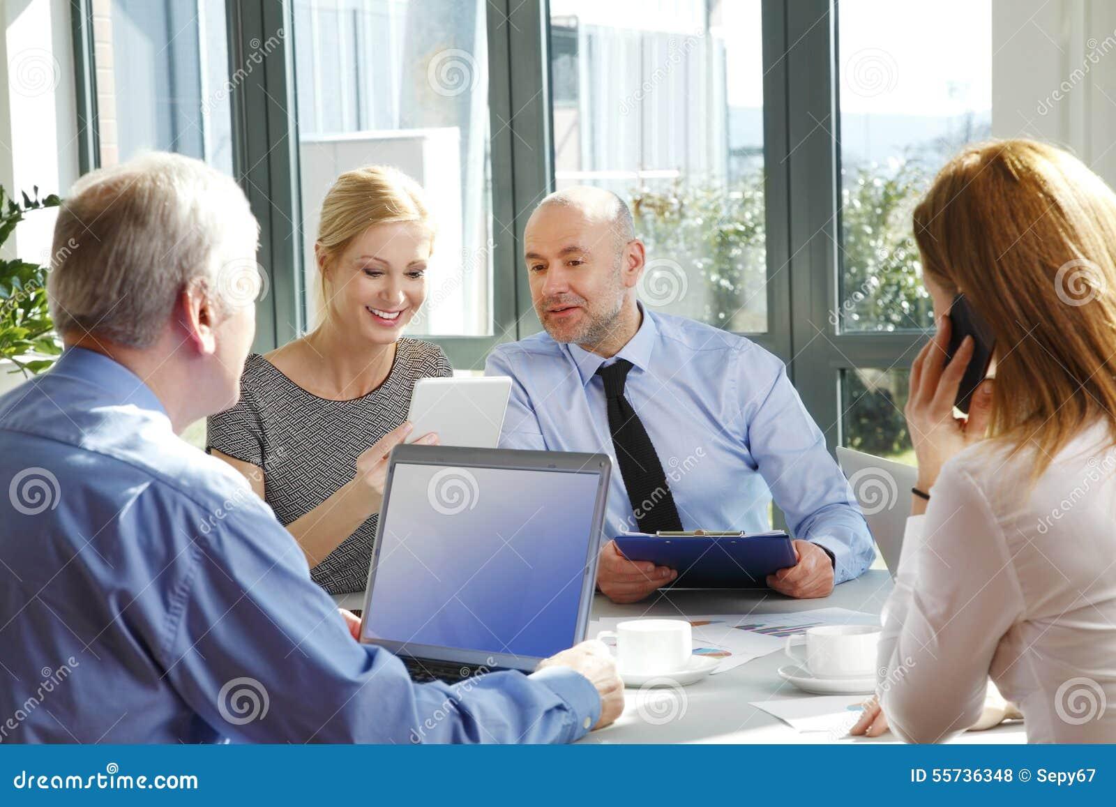 Het commerciële team raadplegen