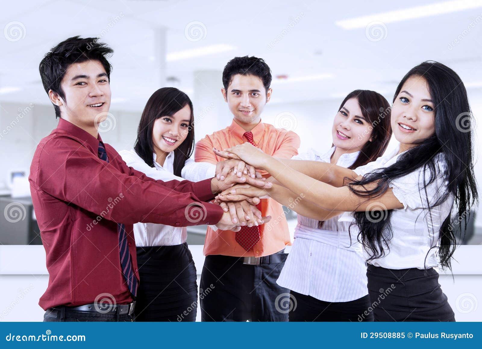 Het commerciële team toetreden dient bureau in