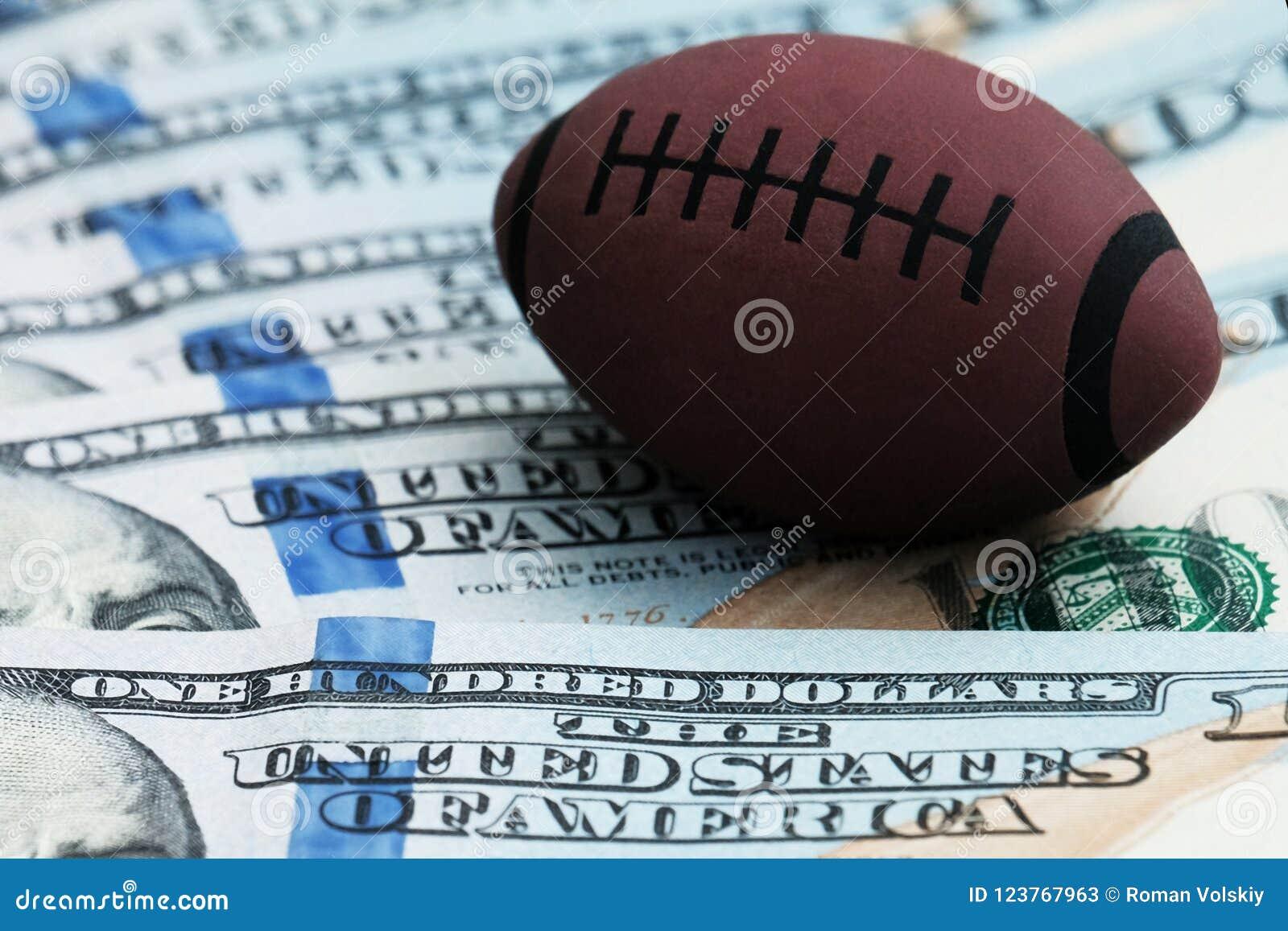 Het concept corruptie of sporten het wedden Close-up van een symbool van rugby of Amerikaanse voetbal op een achtergrond van hond