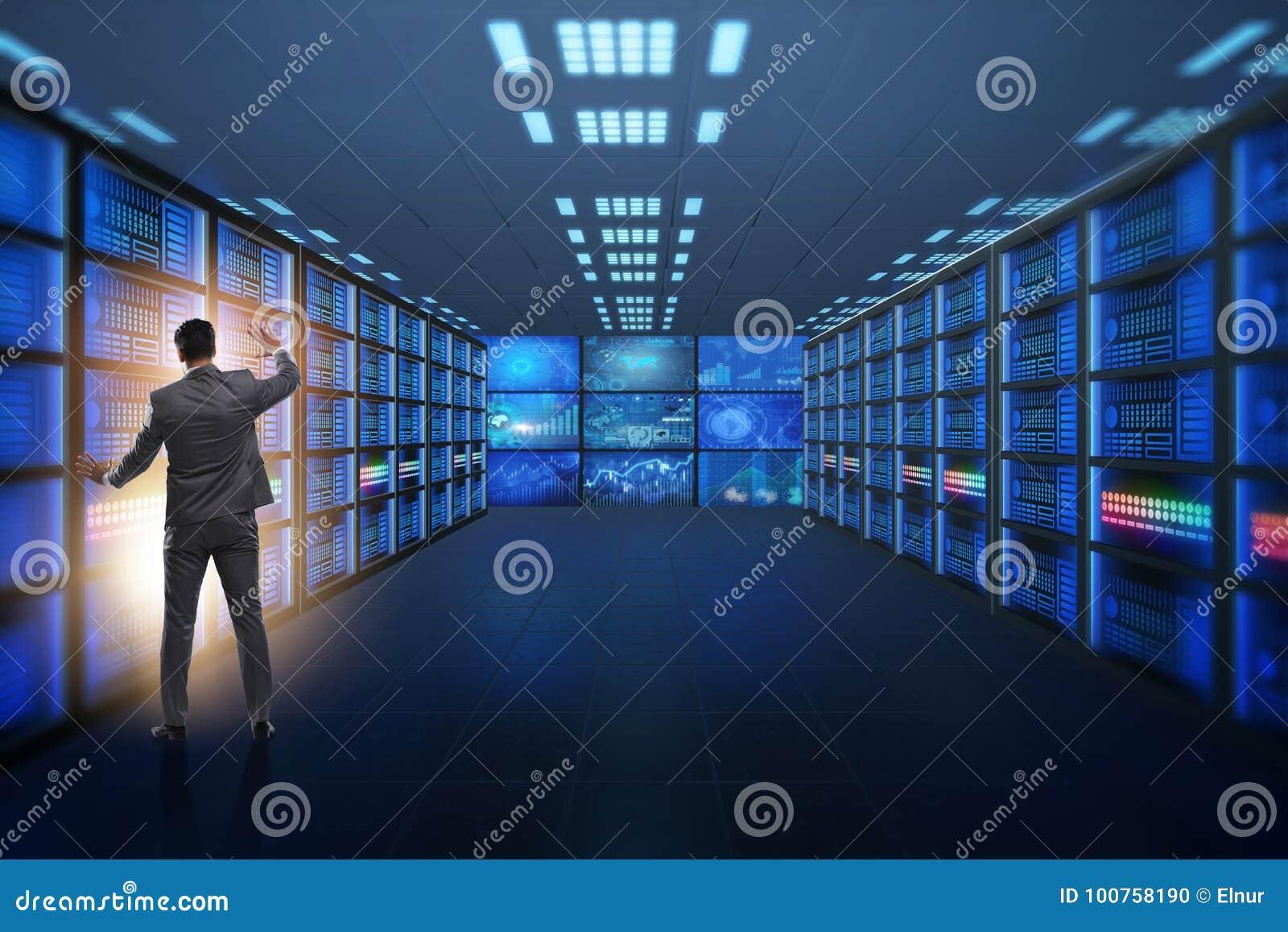 Het concept groot gegevensbeheer met zakenman