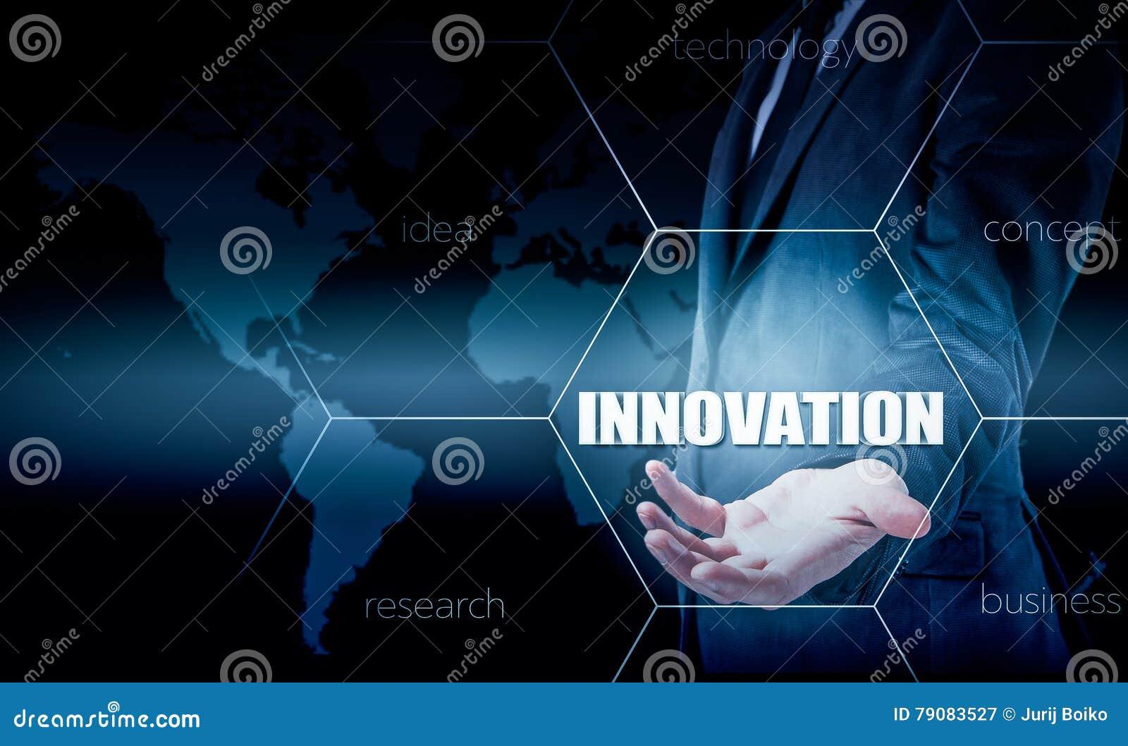 Het concept innovatie in zaken Zakenman die met laptop en tablet werken De groeistatistieken Verhogingswinsten