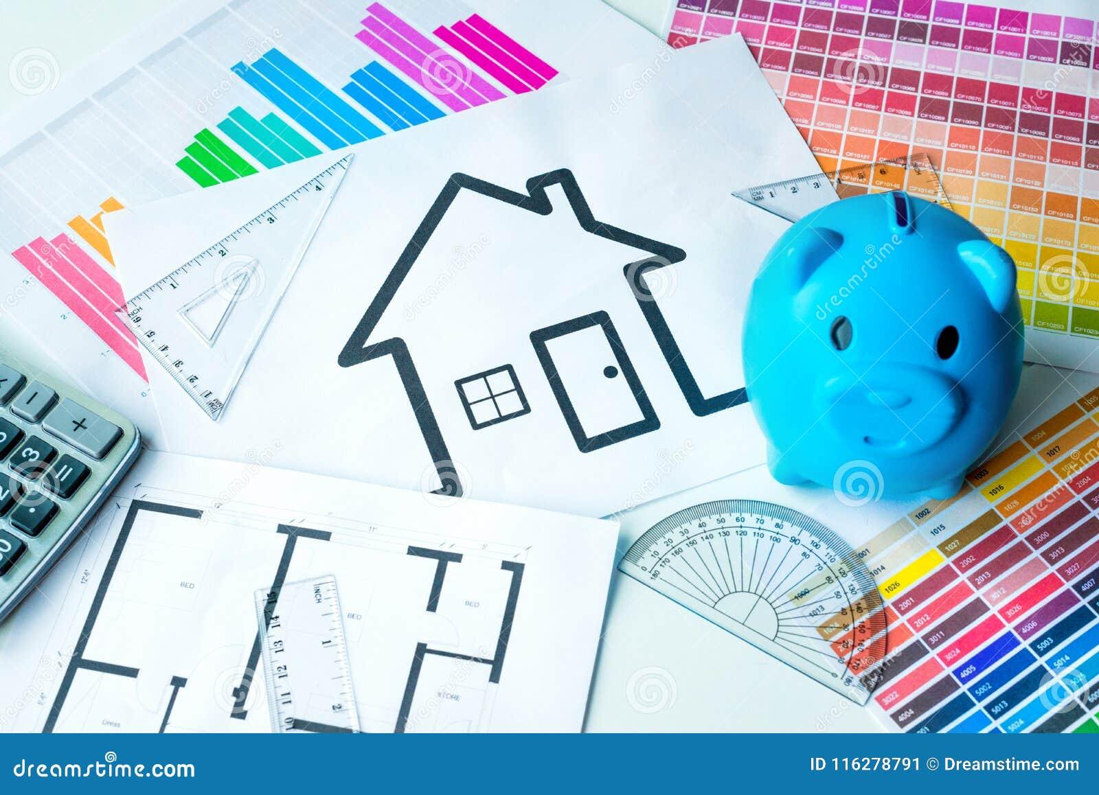 Het concept van het besparingsgeld om in huishuis te investeren De bank van Peggy, calculator en kleurengrafiek op het bureau