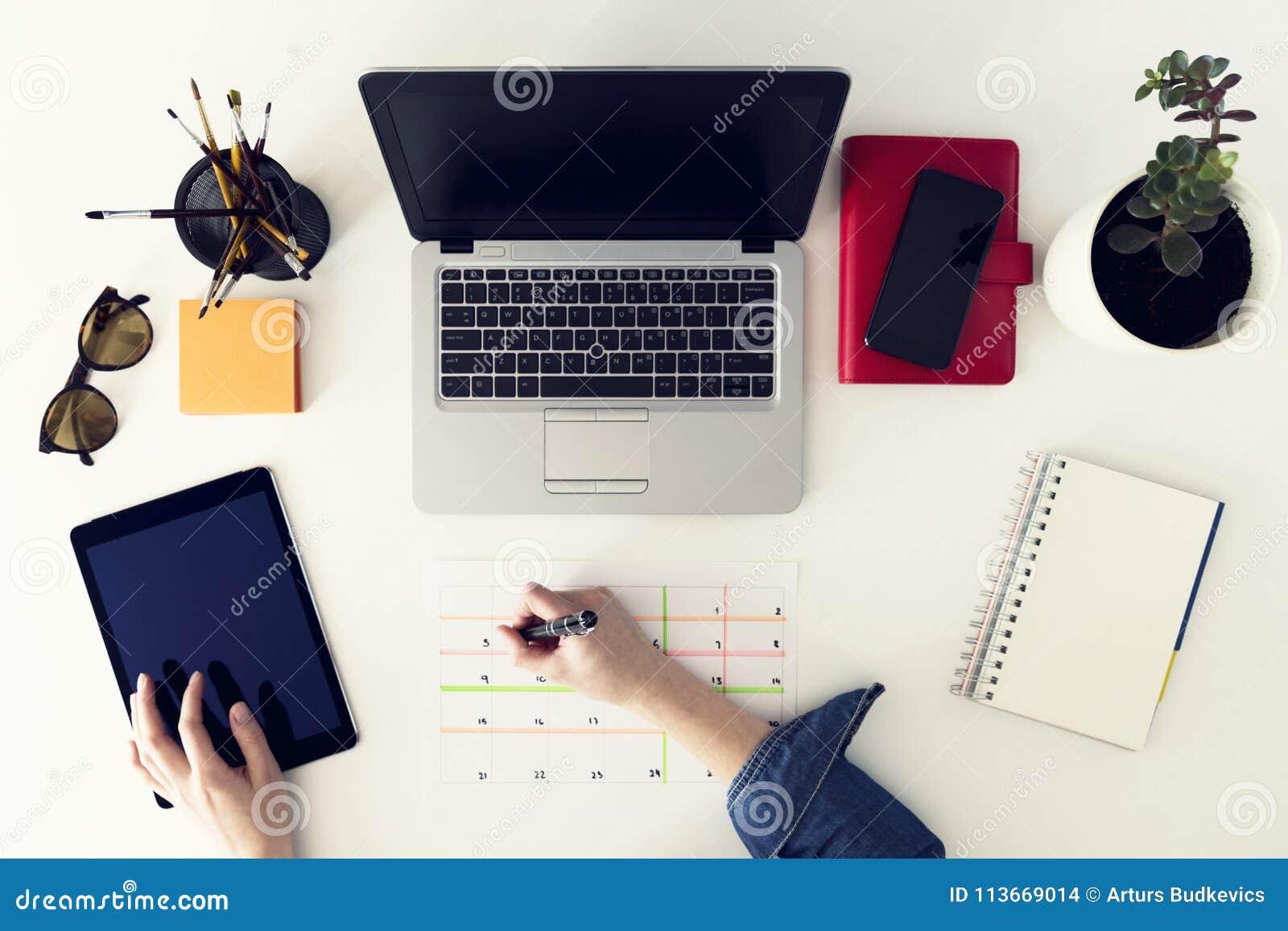 Het concept van het de agendaprogramma van de kalenderontwerper Vrouw die in haar o werken