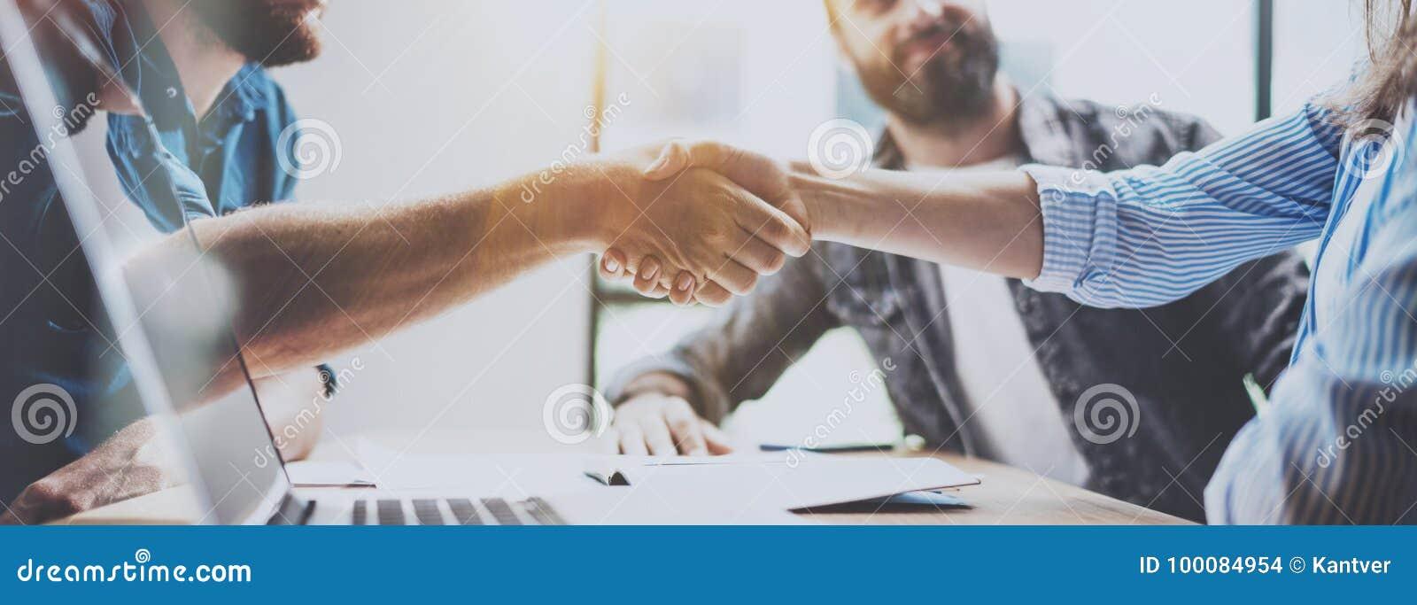 Het concept van de bedrijfsvennootschaphanddruk Foto twee het proces van het medewerkershandenschudden Succesvolle overeenkomst n