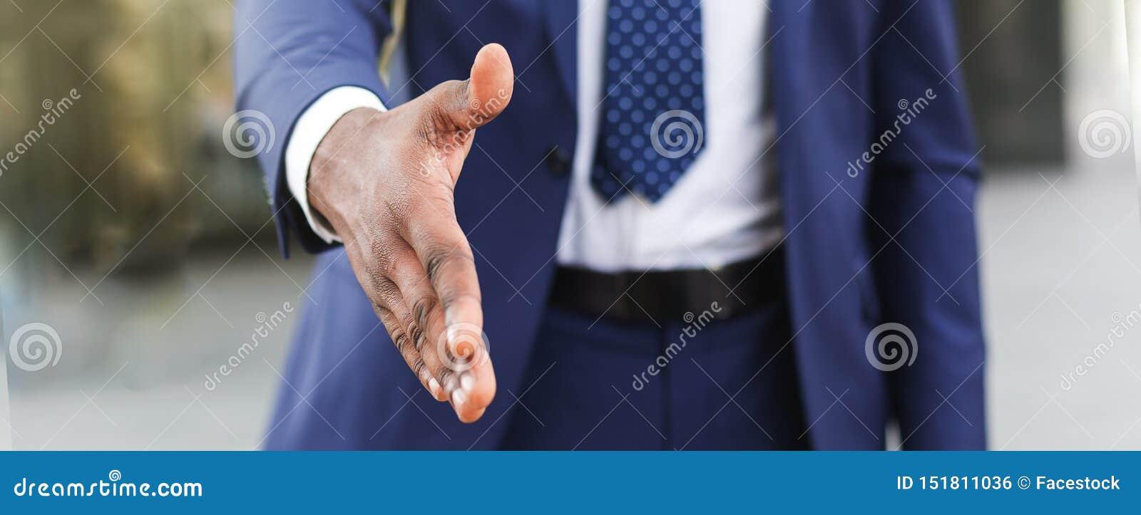 Het concept van de bedrijfsvennootschapvergadering Zakenman die hand voor groet uitbreiden