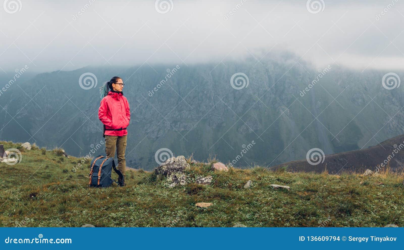 Het Concept van het de Bestemmingsavontuur van de ontdekkingsreis Jonge Wandelaarvrouw met Rugzakstijgingen tot de Bergbovenkant