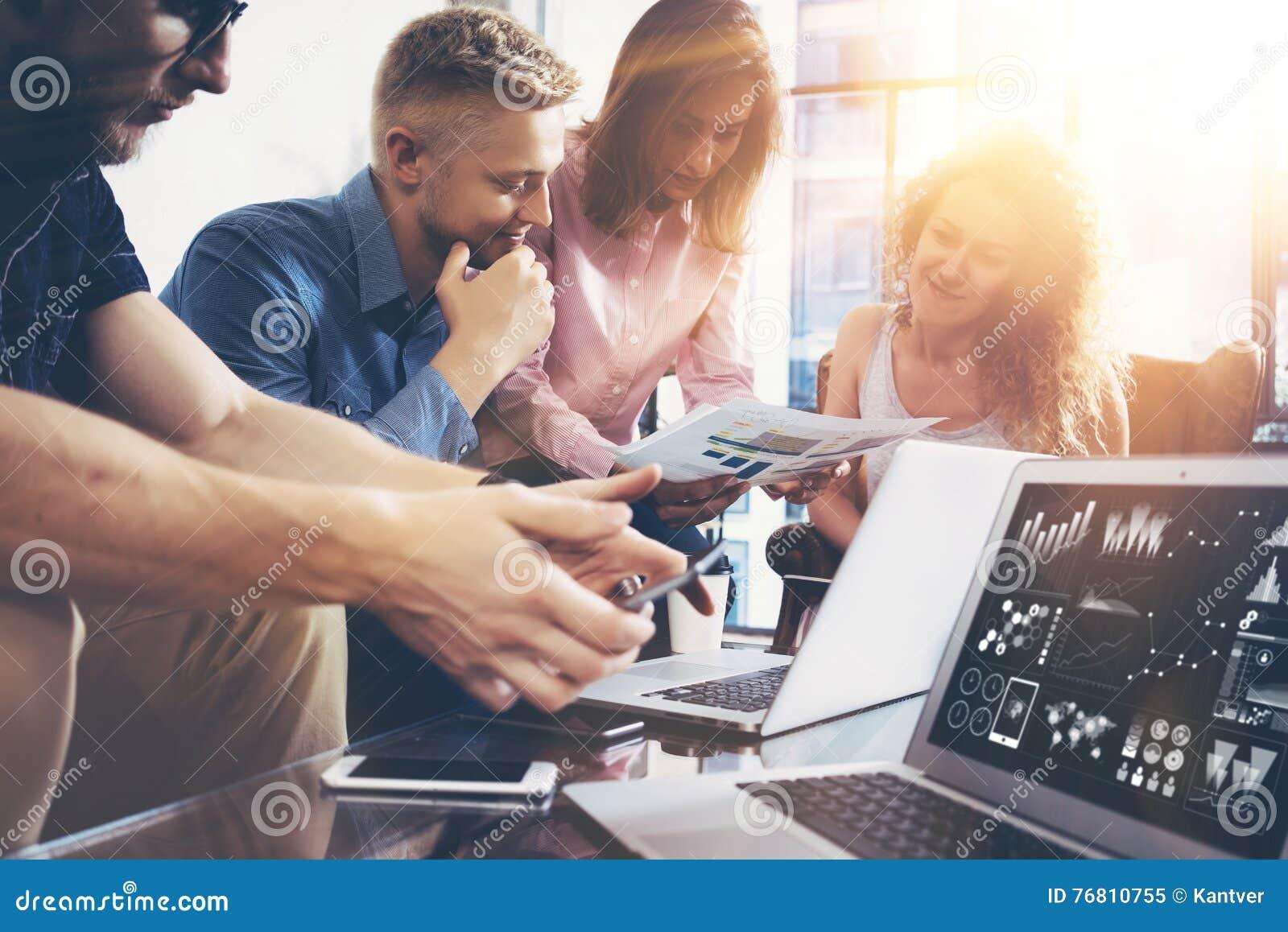 Het Concept van de de Brainstormingsvergadering van het startdiversiteitsgroepswerk Laptop bedrijfs van Team Coworker Global Shar