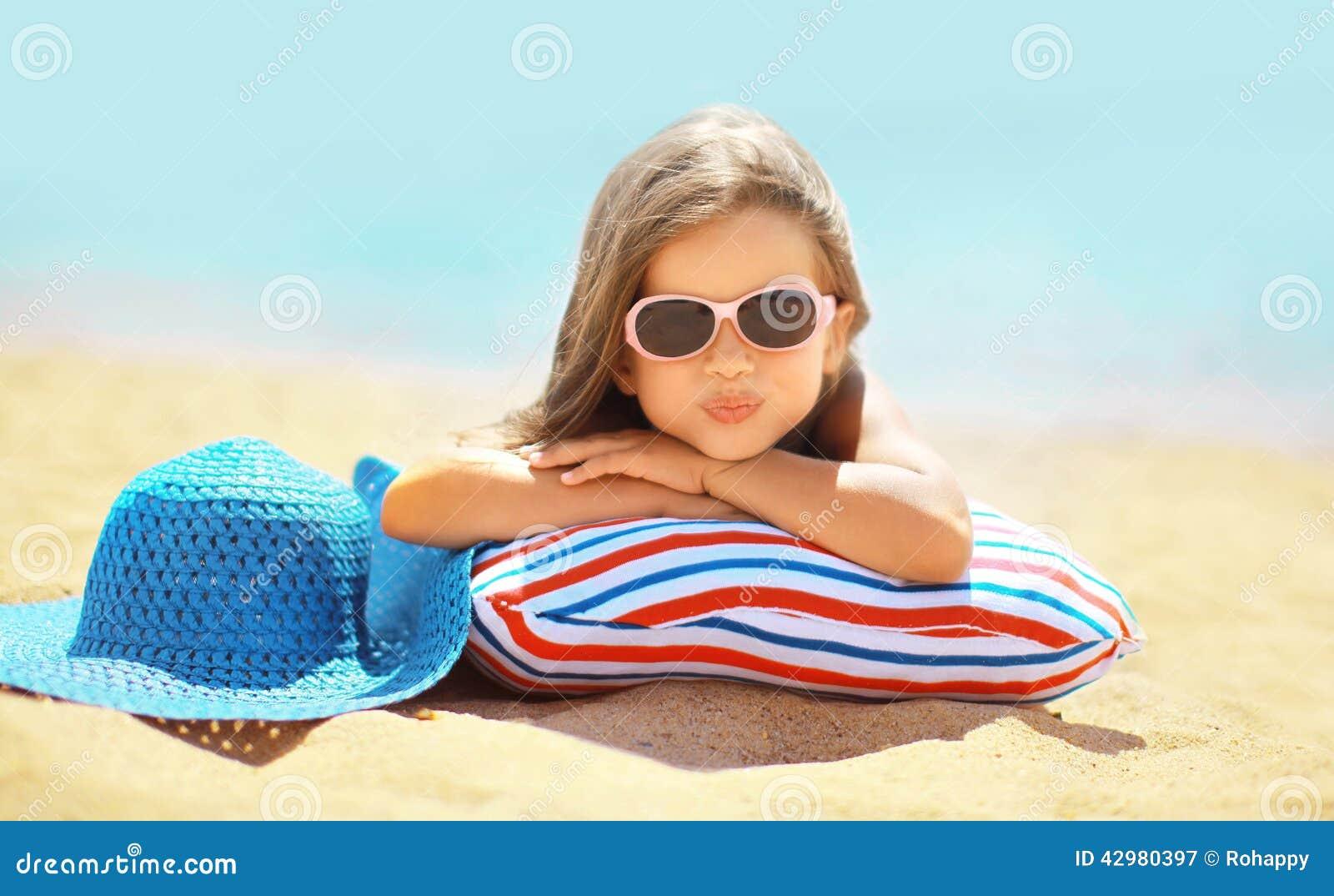 Het concept van de de zomervakantie, blij kind