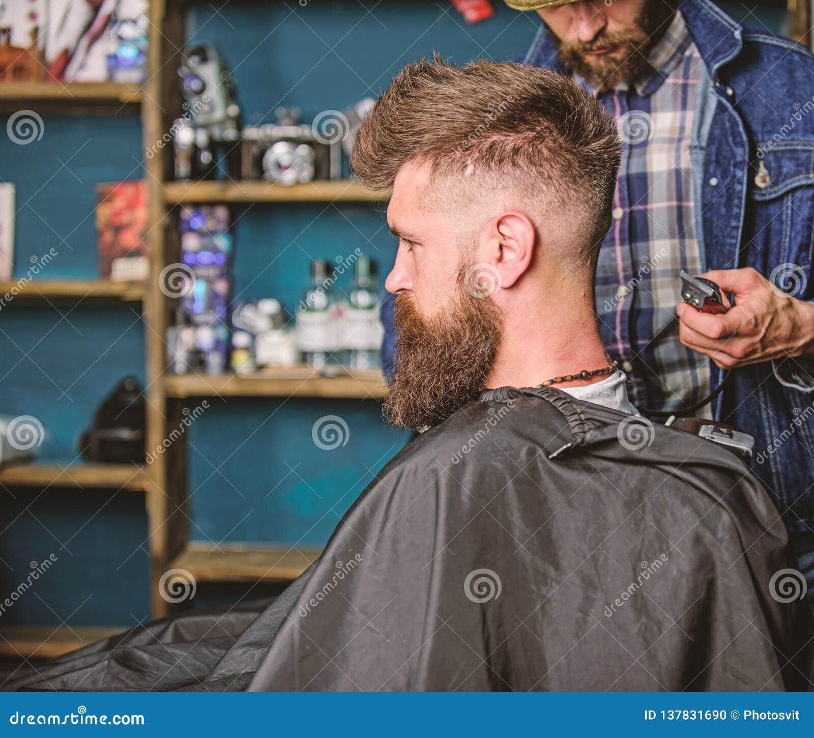 Het concept van de kapseldienst Hipster gebaard cliënt geworden kapsel Kapper met snoeischaar of clipper geschoren hals van cliën