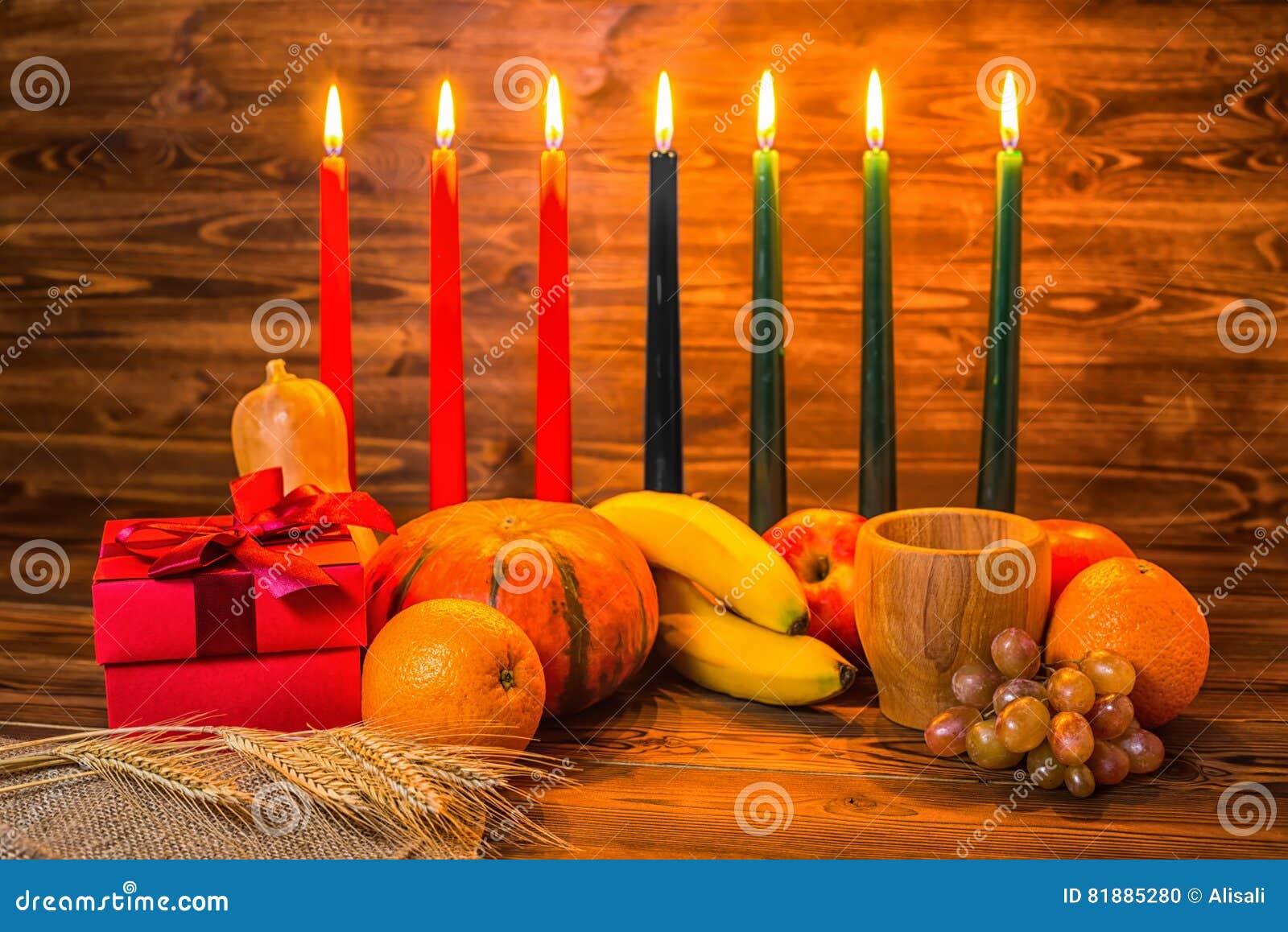 Het concept van de Kwanzaavakantie met traditionele aangestoken kaarsen, giftdoos,