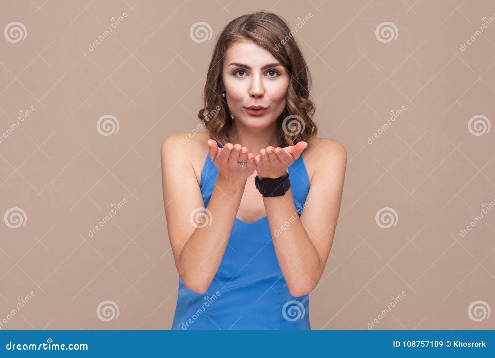 Het concept van de liefde De romantische bedrijfsvrouw verzendt luchtkus bij camera