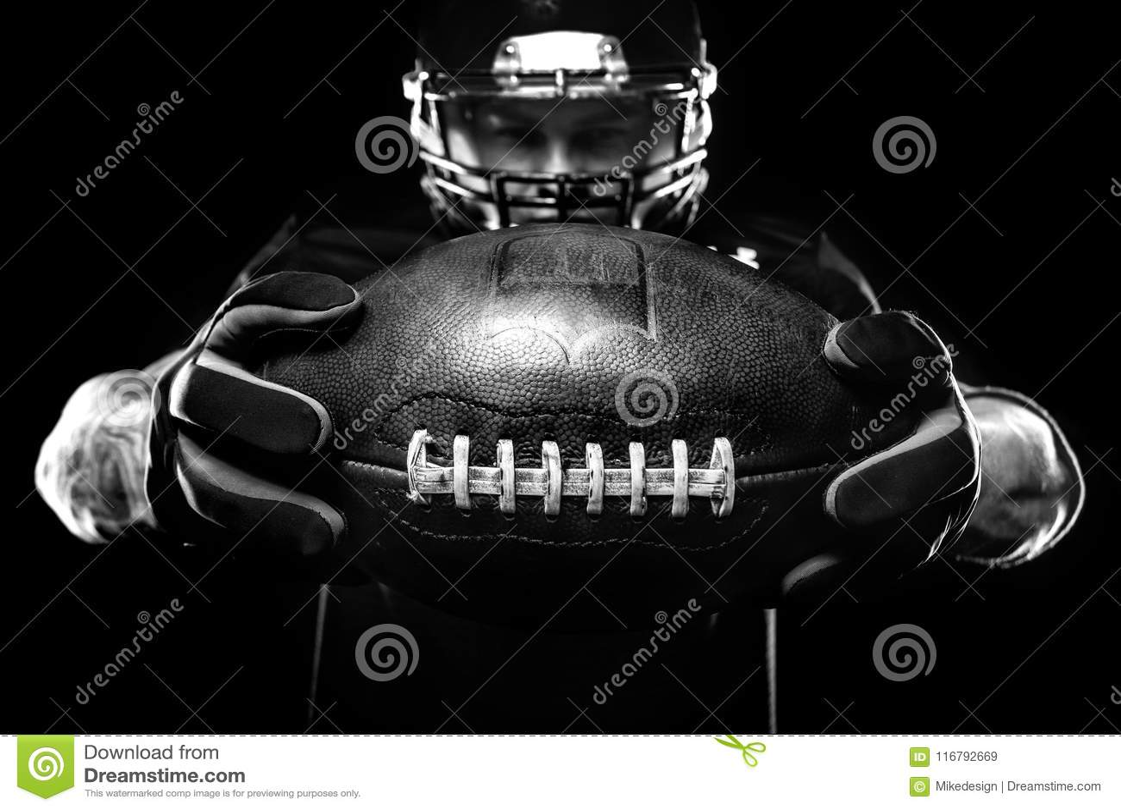 Het concept van de sport De Amerikaanse speler van de voetbalsportman op zwarte achtergrond Het concept van de sport