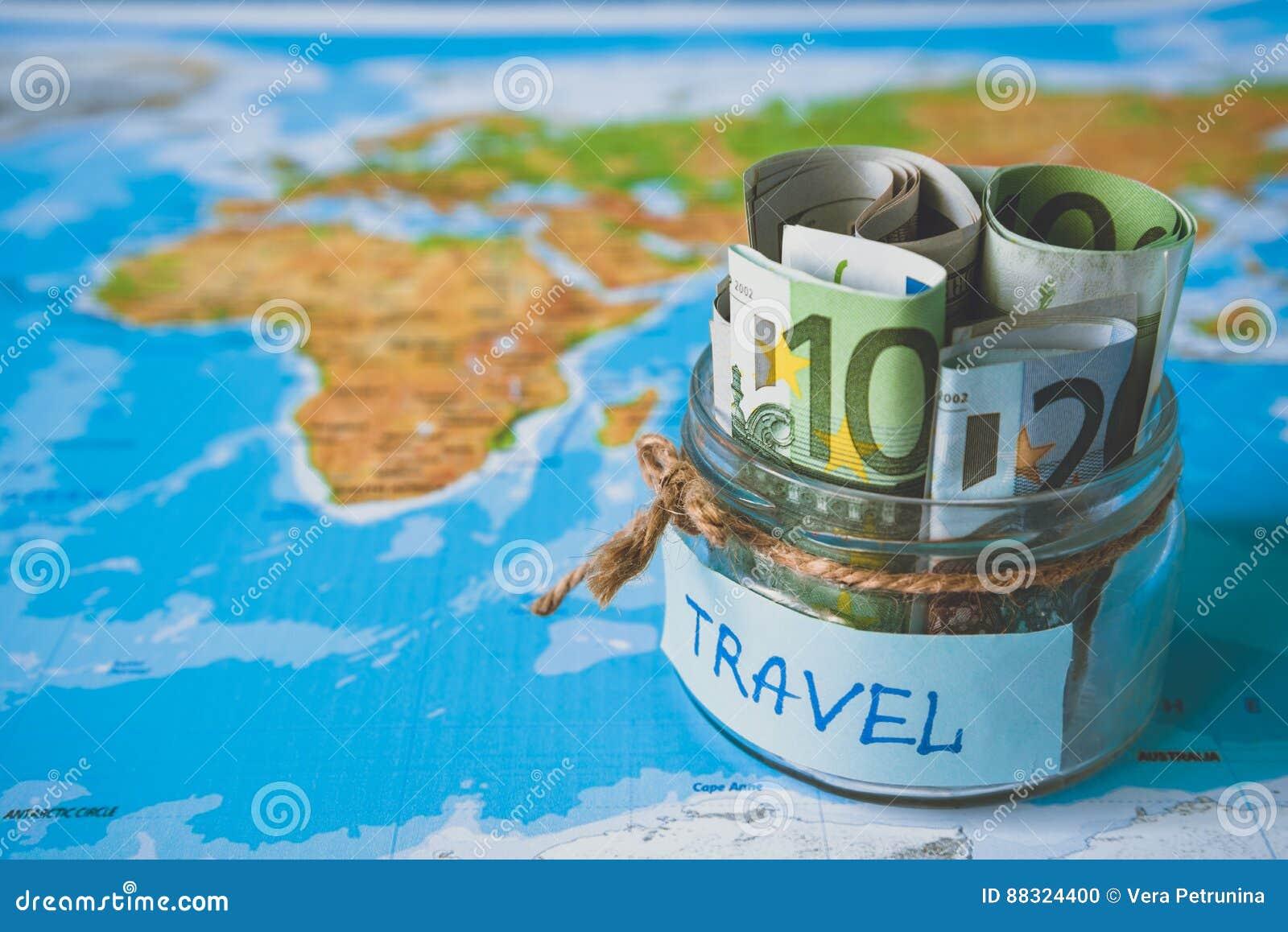 Het concept van de vakantiebegroting De besparingen van het vakantiegeld in een glaskruik
