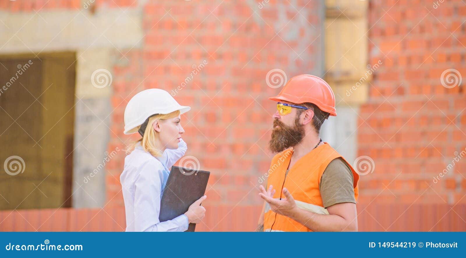 Het concept van de veiligheidsinspecteur De inspectie van de bouwwerfveiligheid Bespreek vooruitgangsproject Vrouweninspecteur en
