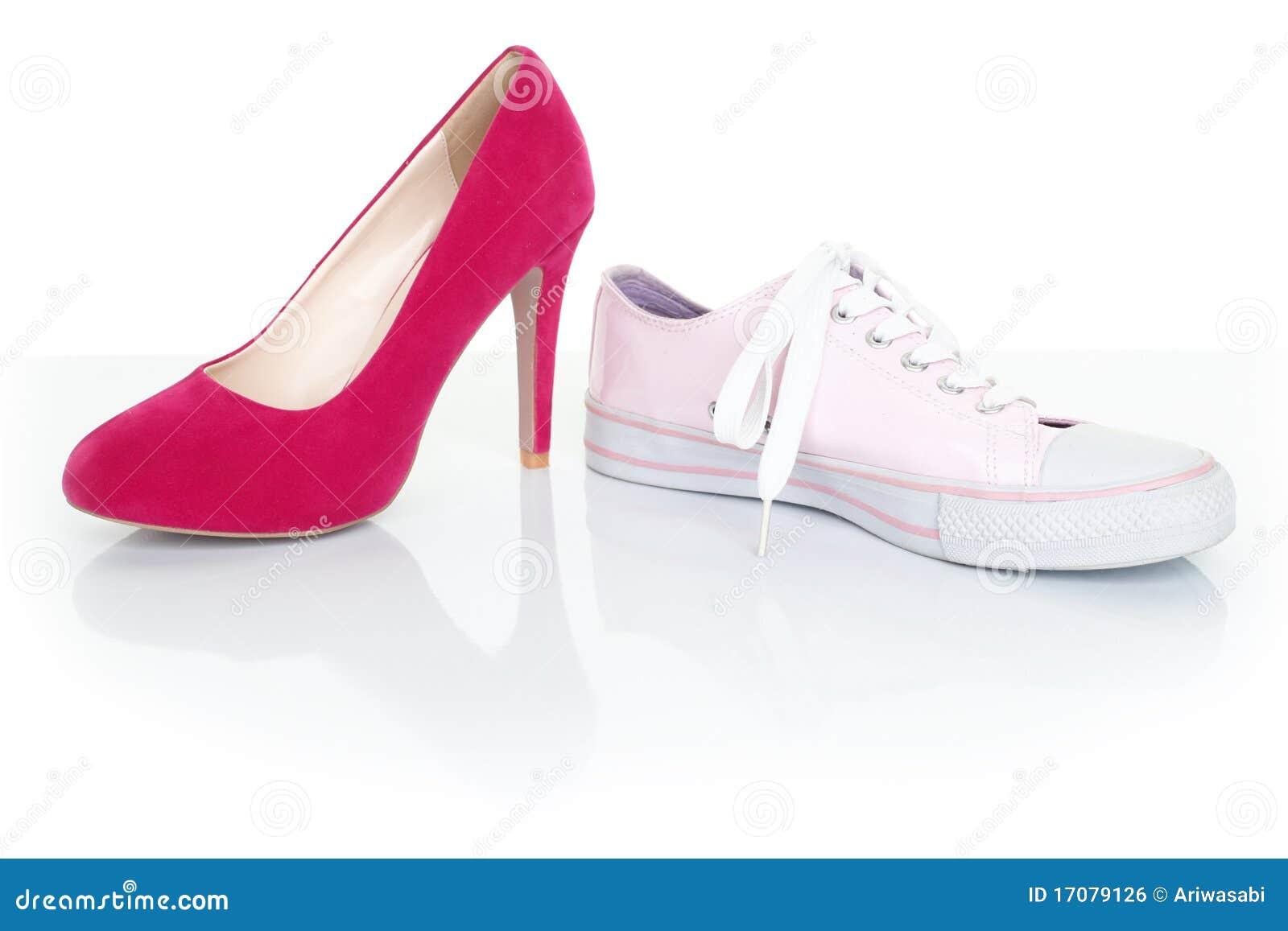 Het concept van het besluit/van de keus - vrouwenschoenen op wit
