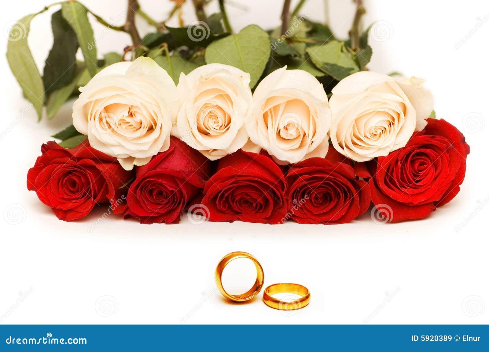 Het concept van huwelijk met rozen en gouden ringen