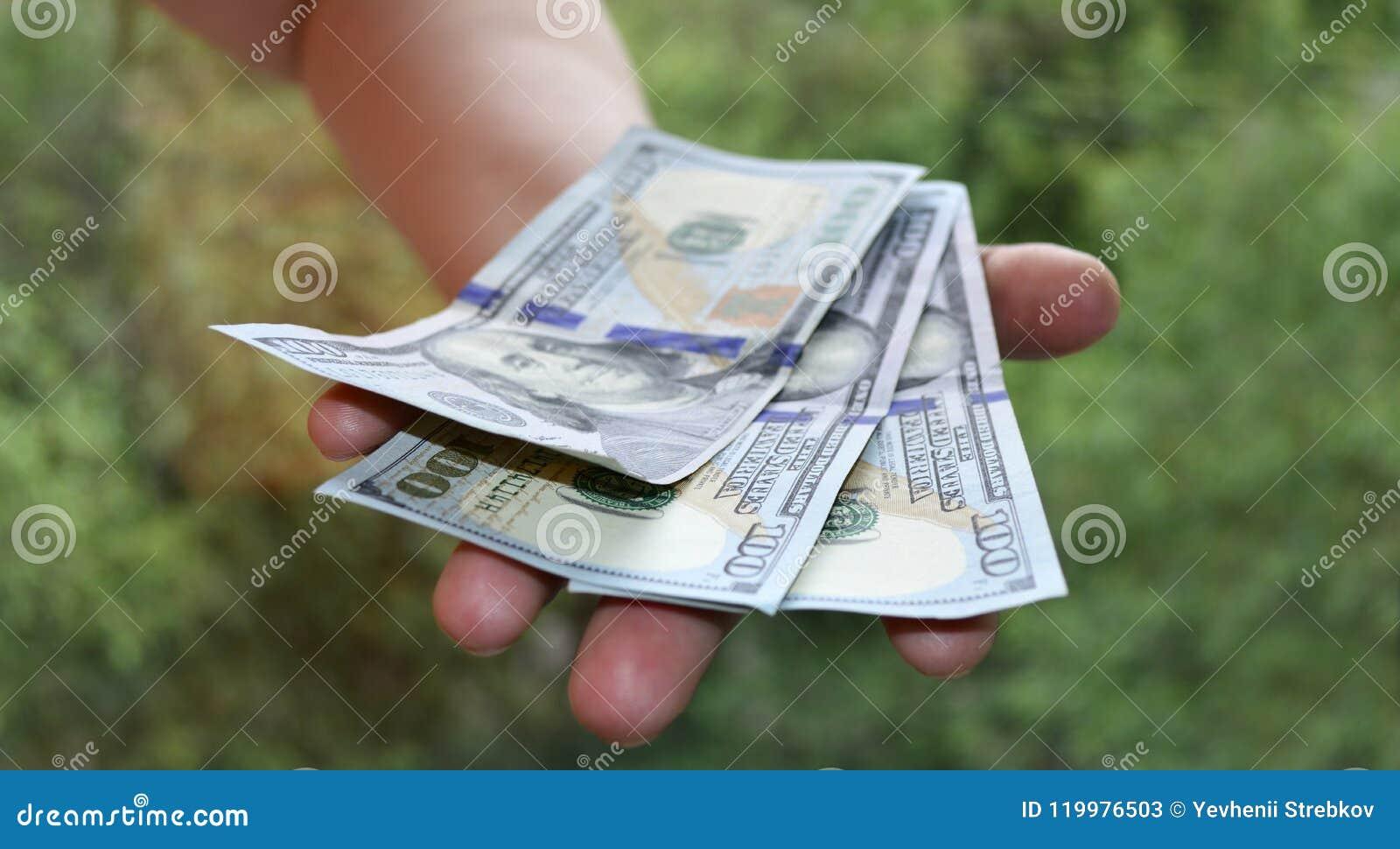 Het contante geld neemt ter beschikking van nota
