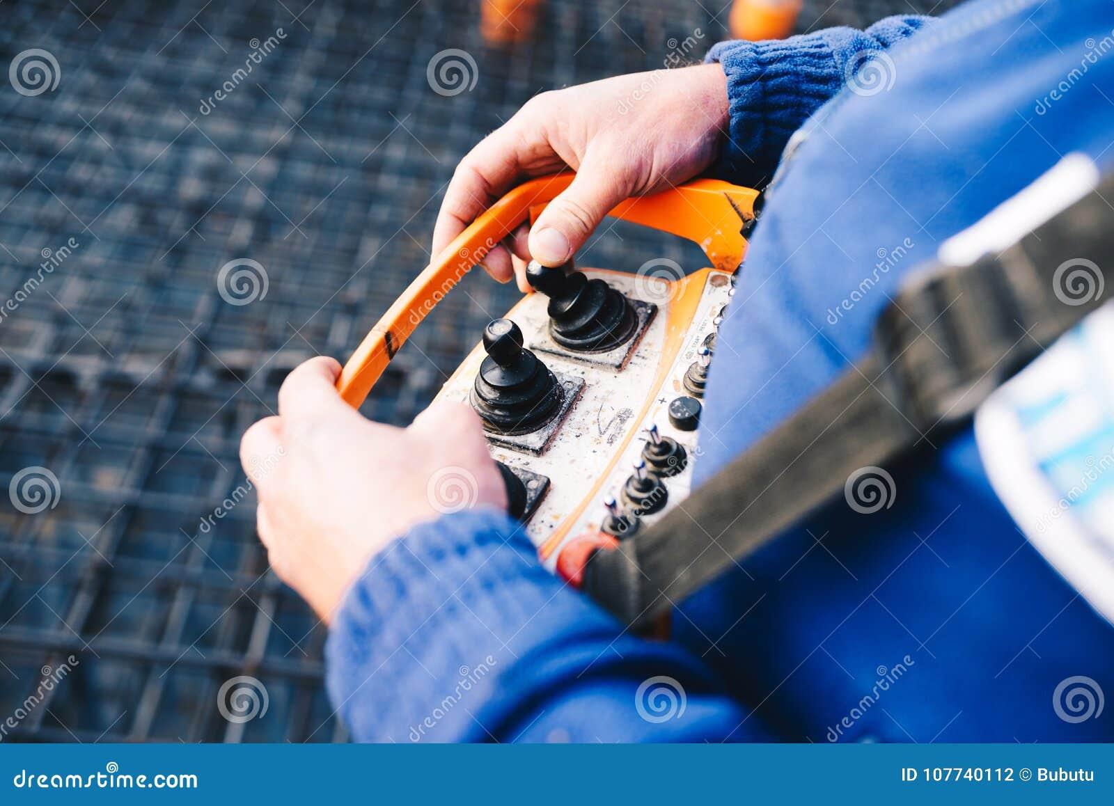 Het controleren van de pomp` s verrichting terwijl het gieten van stichtingen