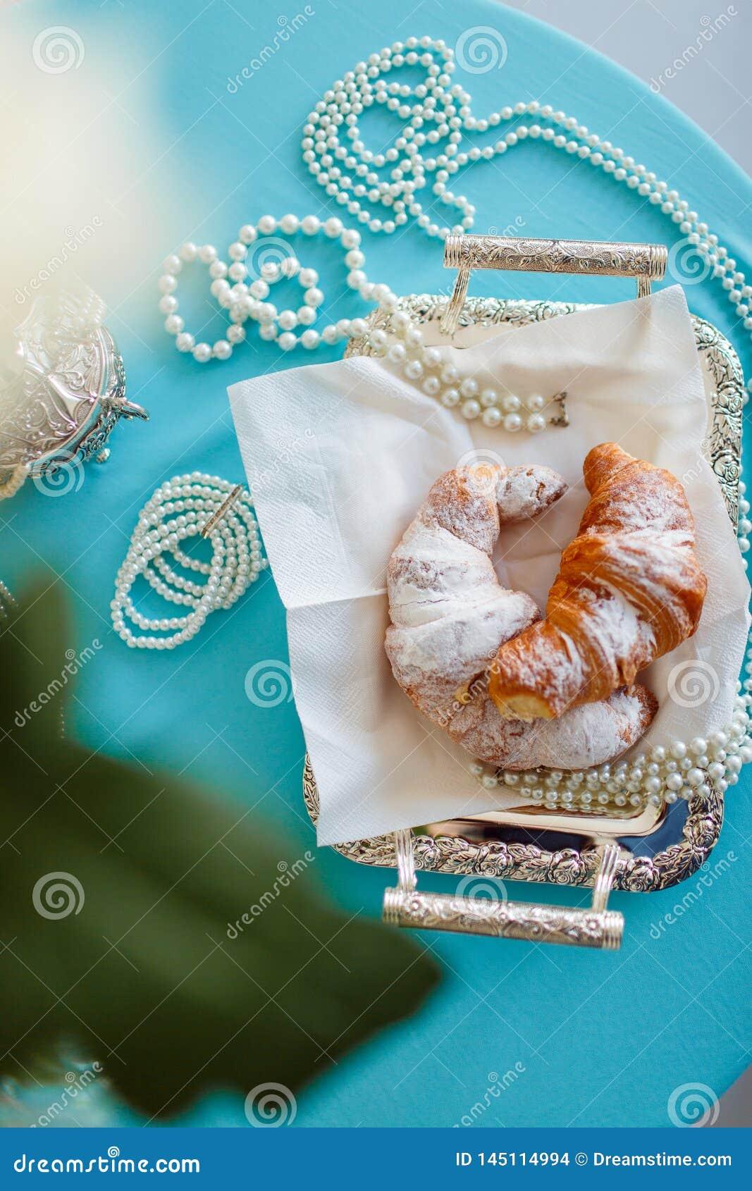 Het croissant ligt op een dienblad en nadert parels