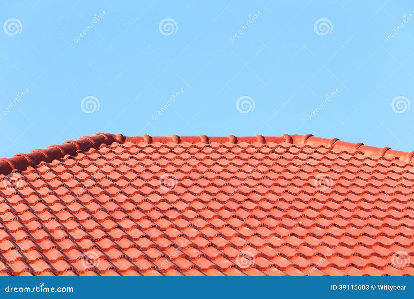 Het dak in aanbouw met stapels daktegels voor huis bouwt