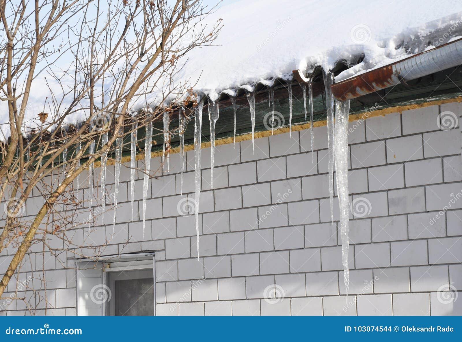 Het dak en de goot van de ijskegelsschade Ijs het Indijken