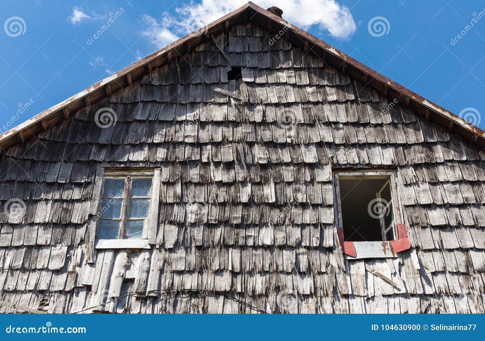 Download Het Dak Van De Houten Tegel Van Het Oude Landelijke Huis De Houten Achtergrond Van De Daktextuur Stock Foto - Afbeelding bestaande uit slecht, naughty: 104630900