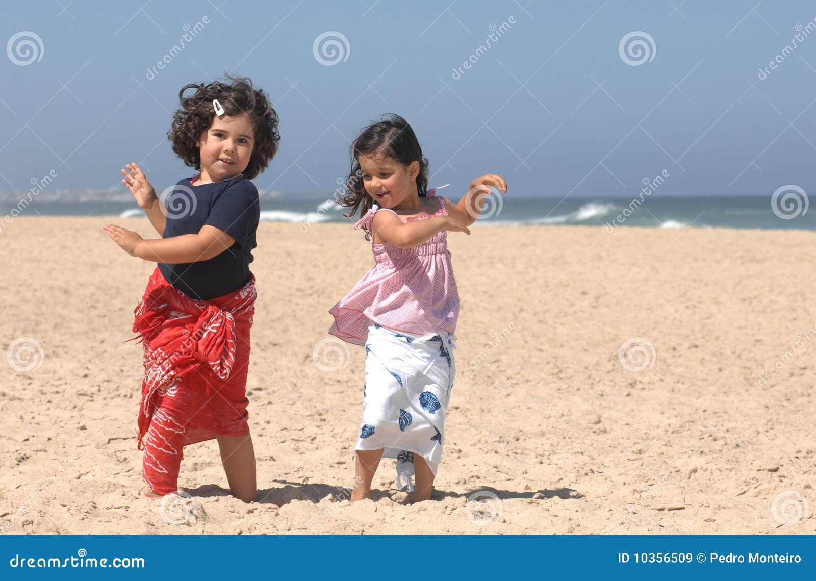 Het dansen op het strand