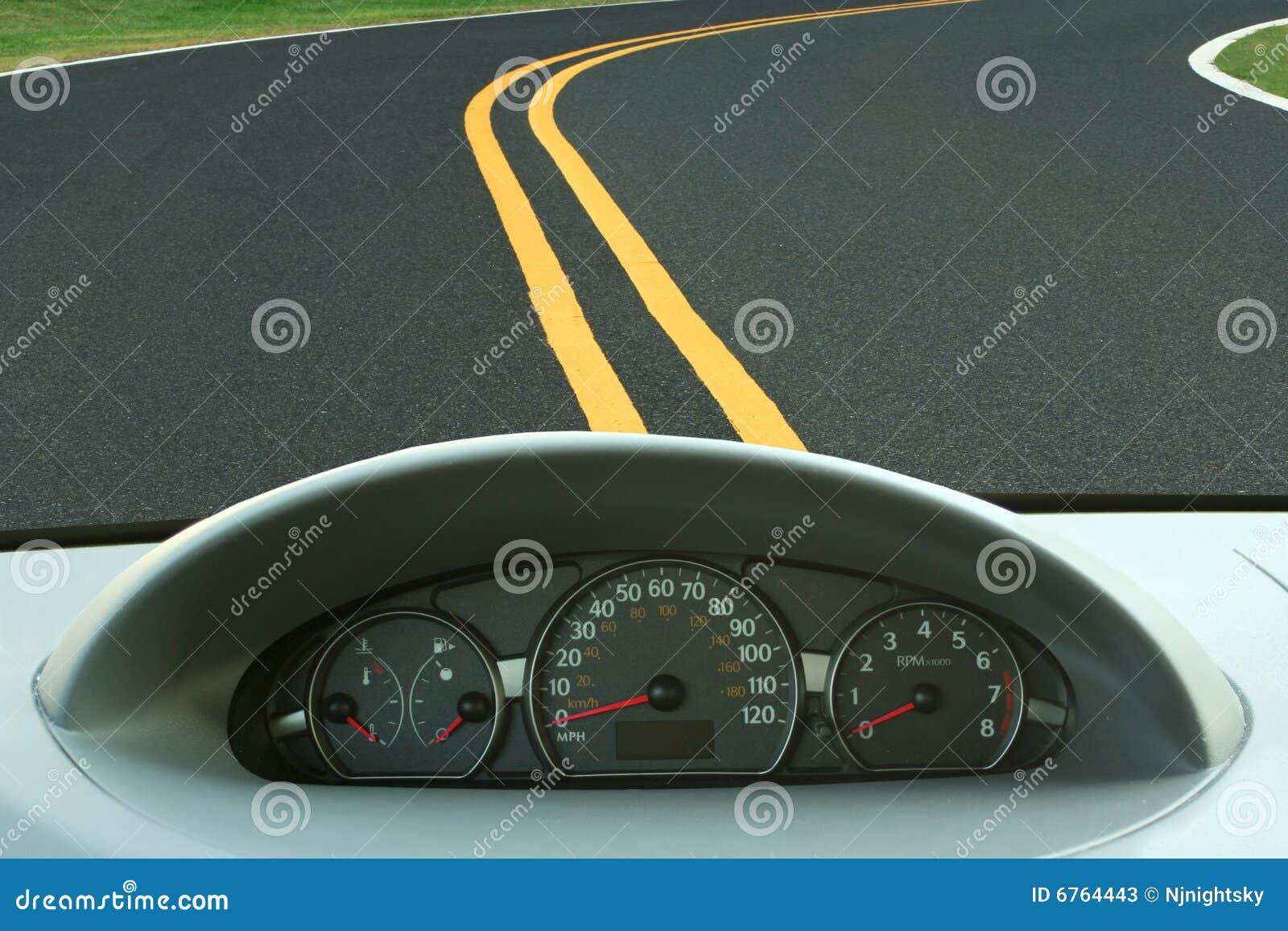 Het dashboard van de auto en curvy weg
