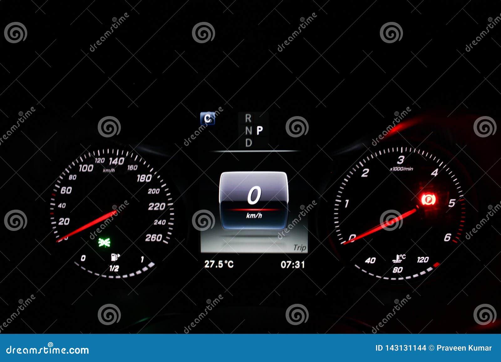 Het dashboardvertoning van de autosnelheidsmeter met de ontsteking en parkeren verlichte sensor