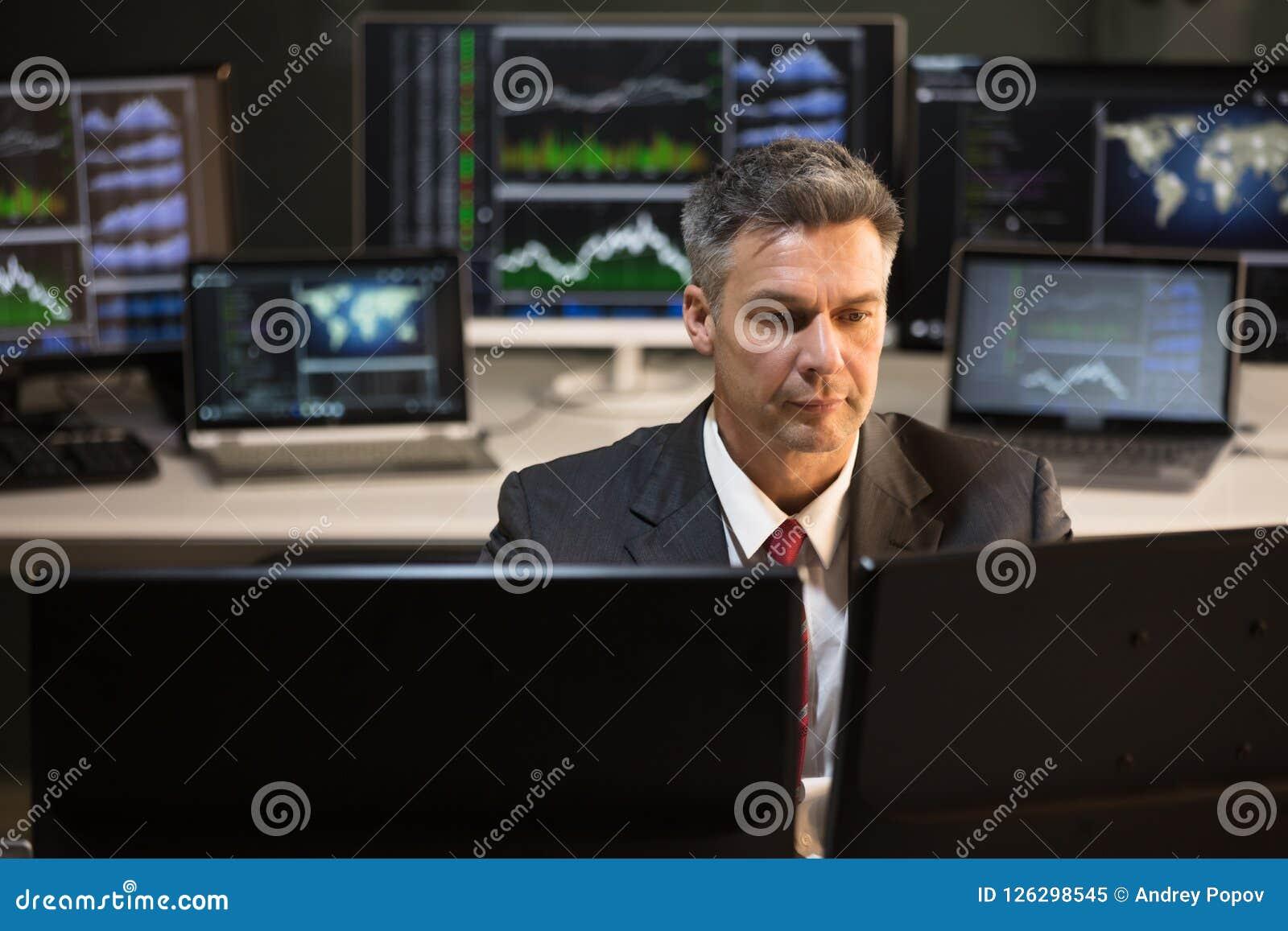 Het de Computerscherm van Looking At Multiple van de Effectenbeursmakelaar