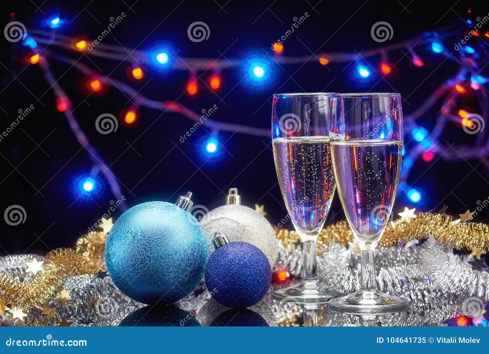 Download Het De Nieuwe Glazen En Decor Van De Jaarchampagne Stock Afbeelding - Afbeelding bestaande uit champagne, gouden: 104641735